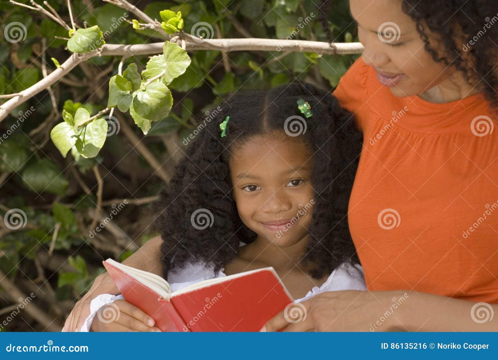Mãe afro-americano e sua leitura do daugher