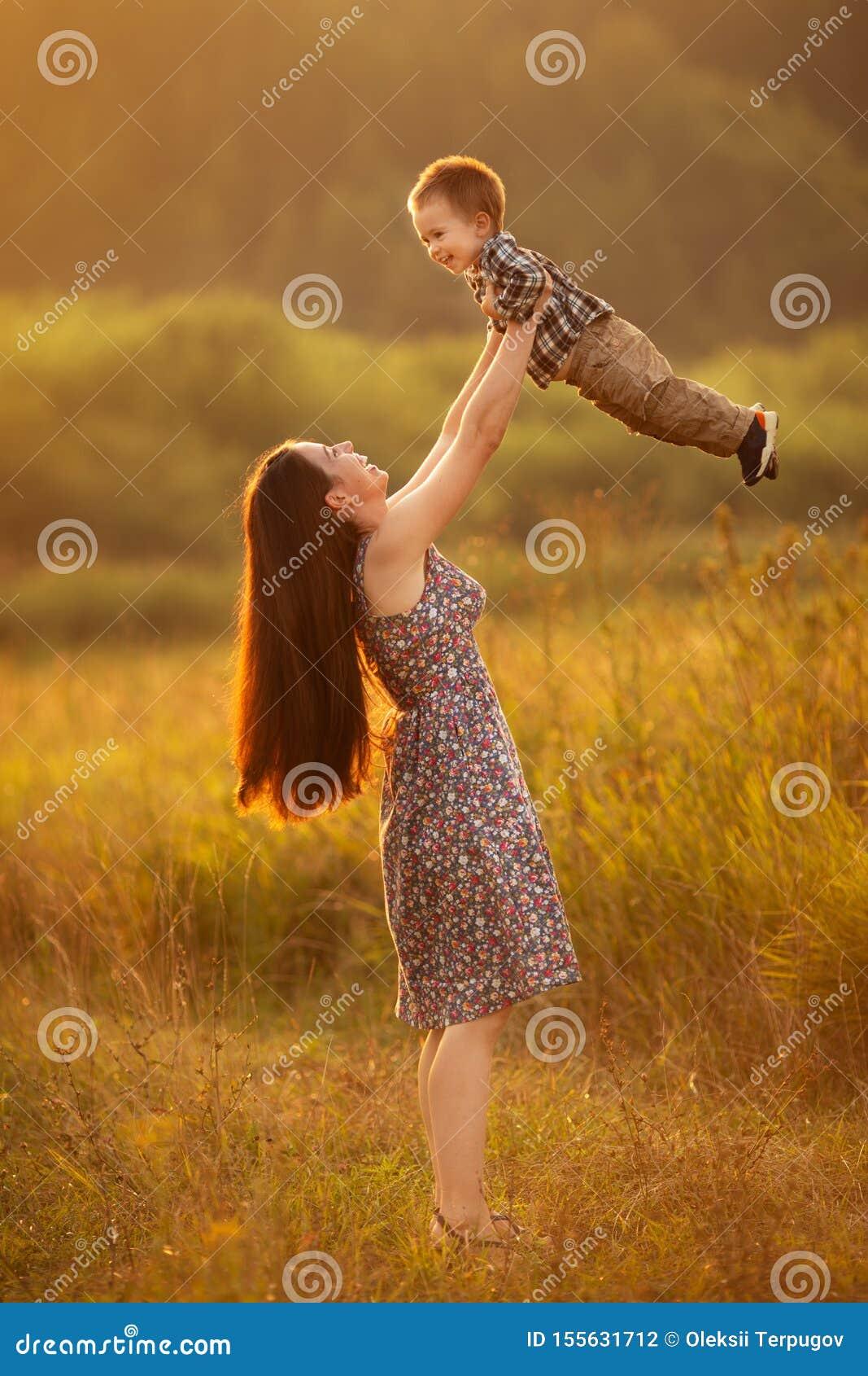 Mãe alegre com menino da criança