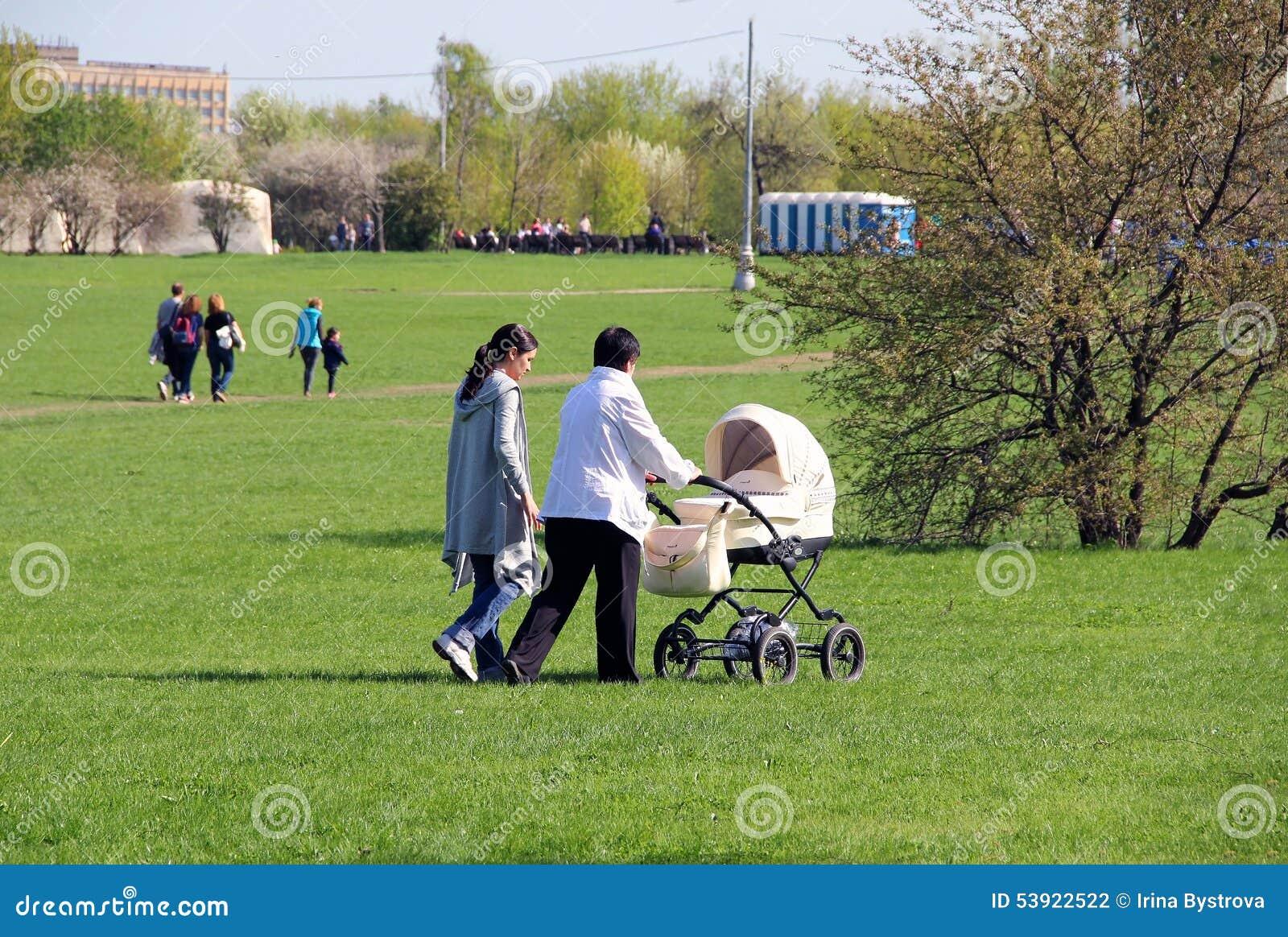 Mãe, avó e bebê em uma caminhada
