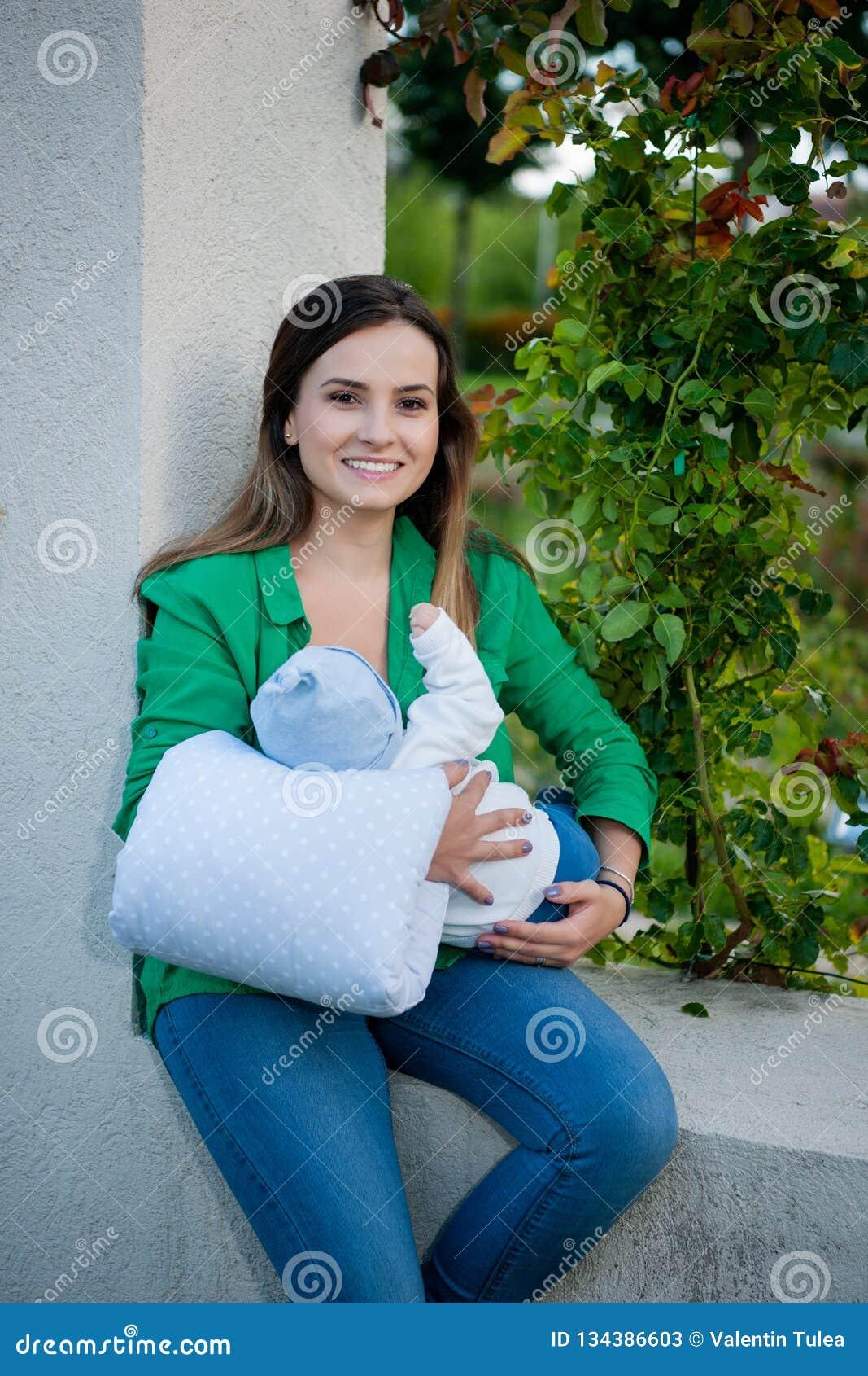 Mãe bonita e seu bebê no parque
