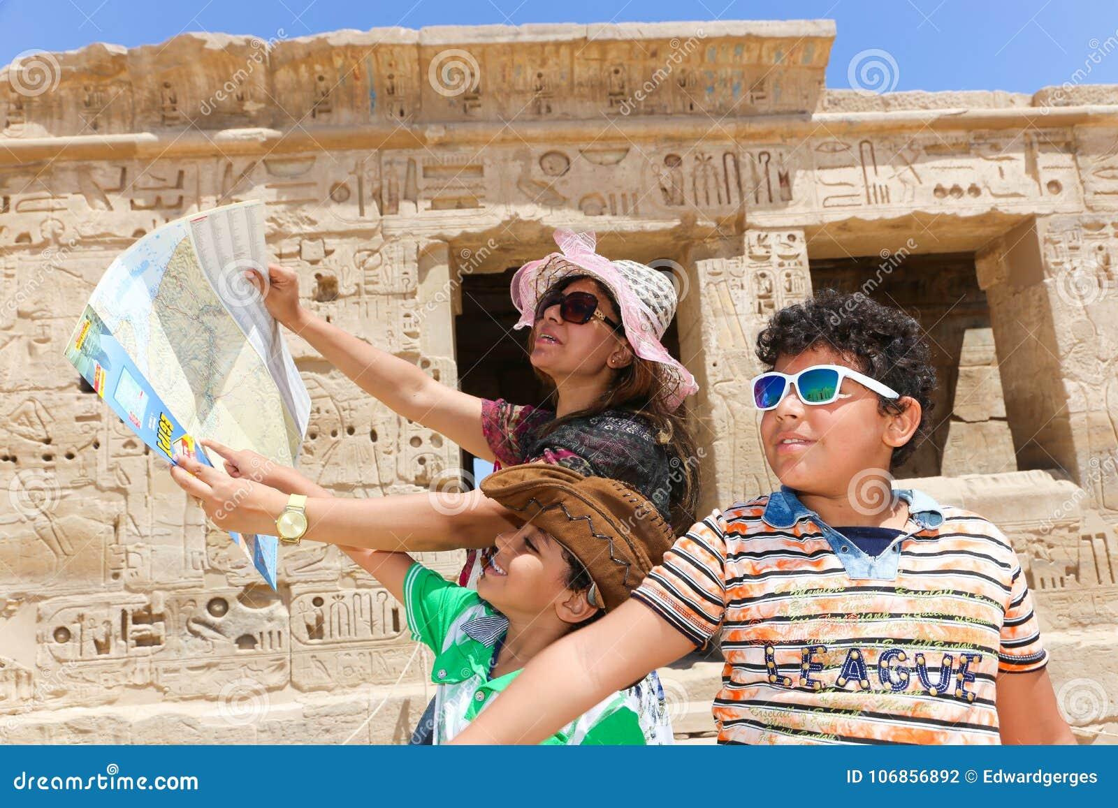 Mãe com as crianças no templo - Egito
