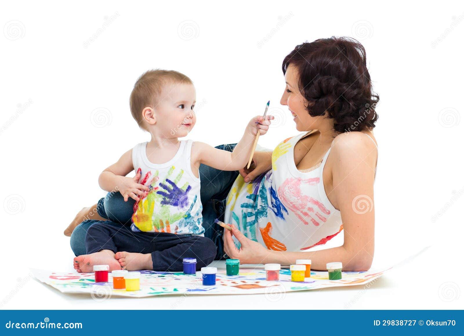Mãe com pintura do menino do miúdo