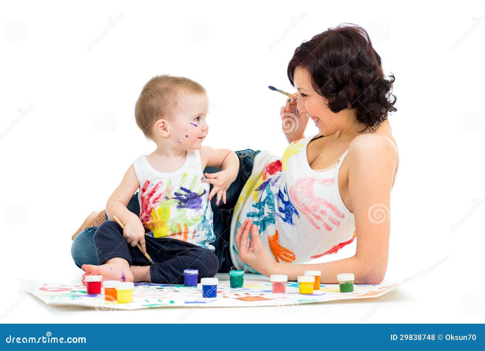 Mamã com pintura do menino da criança