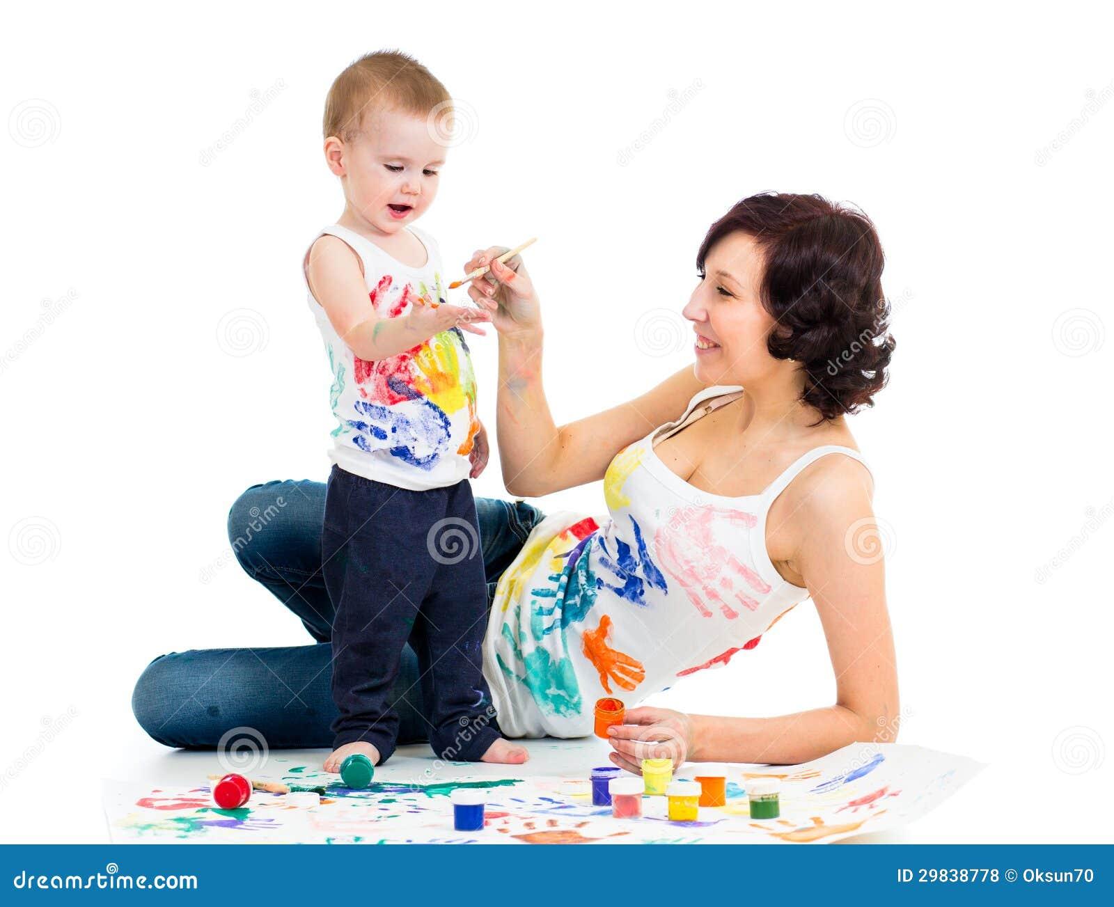 Mamã com pintura do miúdo do filho