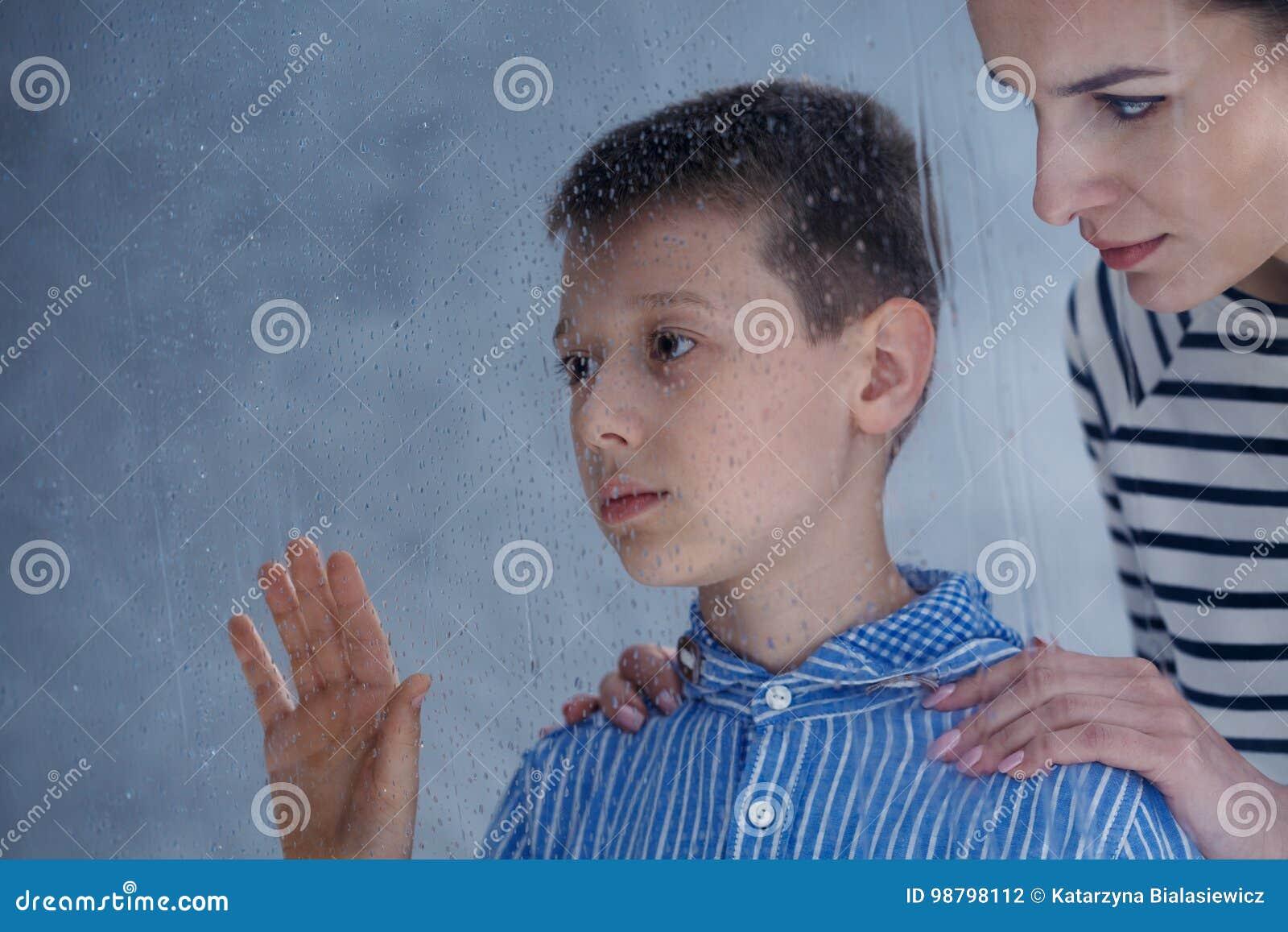 A mãe consola seu filho autístico
