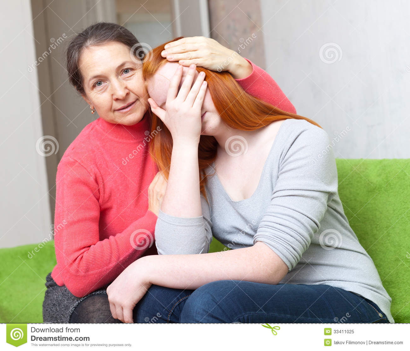 A mãe dá a consolação à filha de grito
