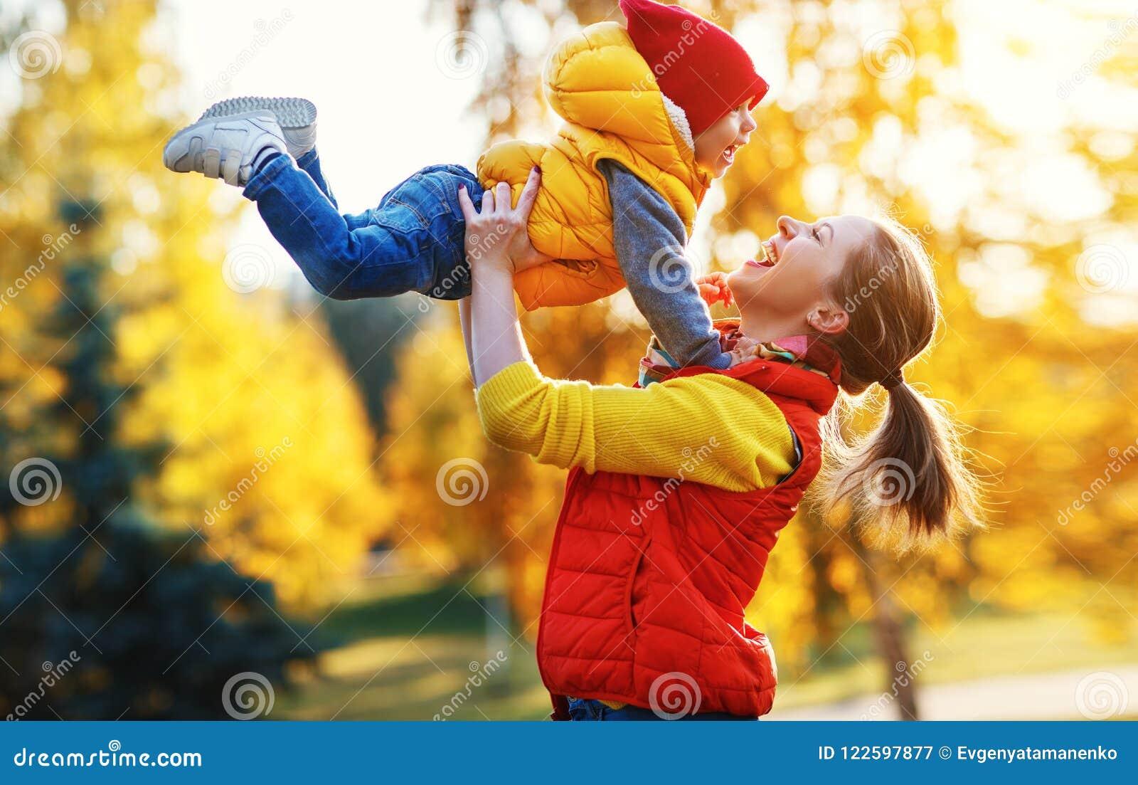 A mãe da família de Y e o filho do bebê no outono andam