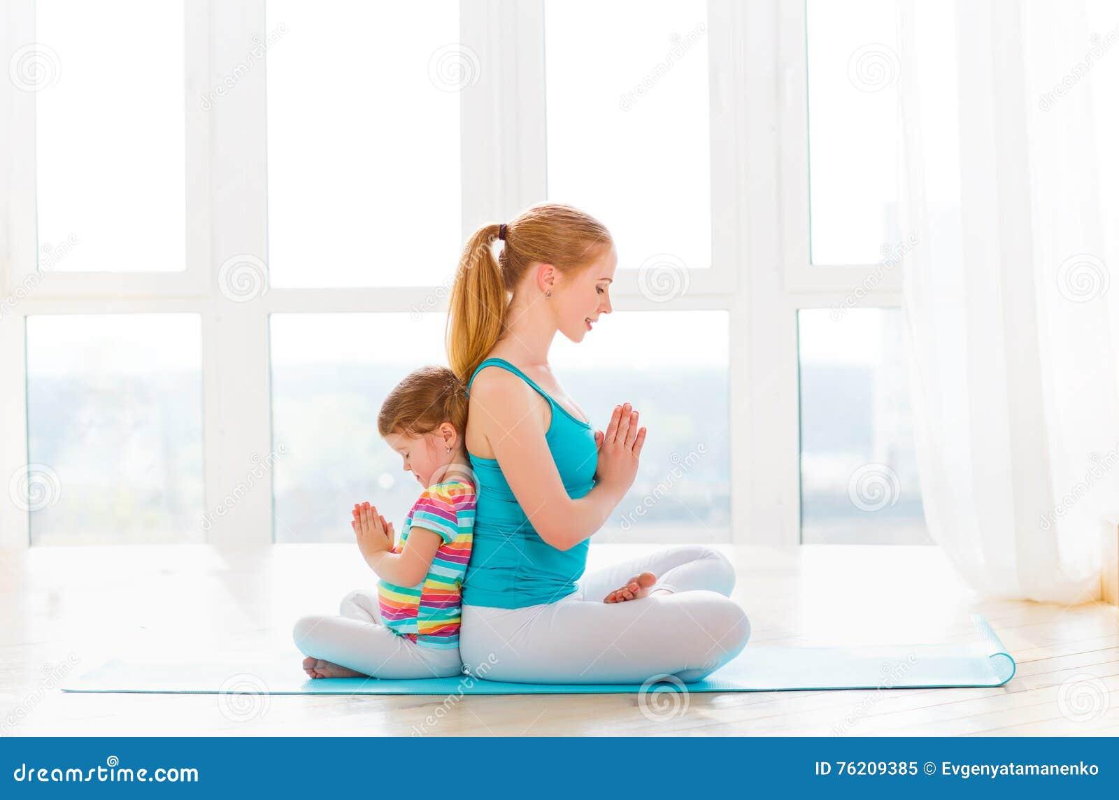 A mãe da família e a filha da criança são contratadas na meditação e no y