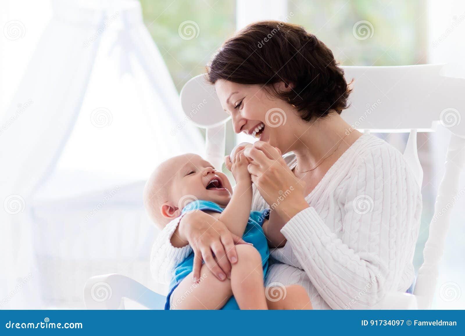 Mãe e bebê no quarto