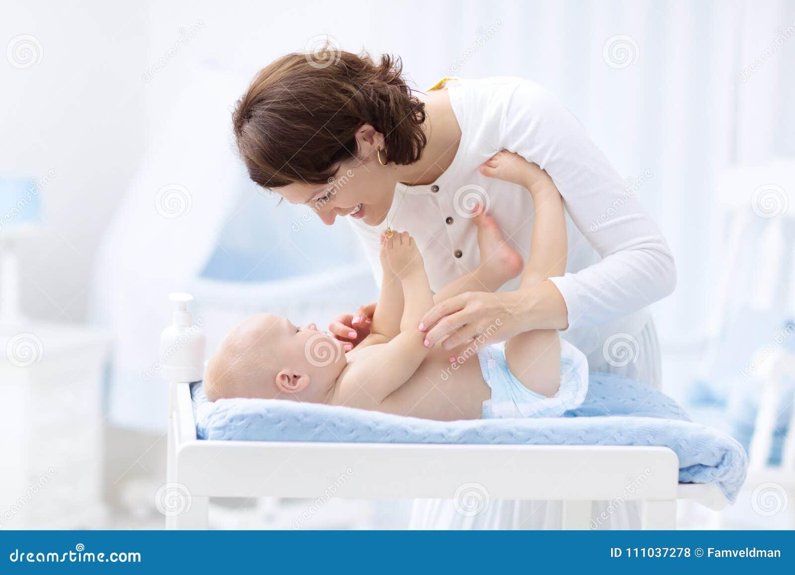 Mãe e bebê no tecido na tabela em mudança