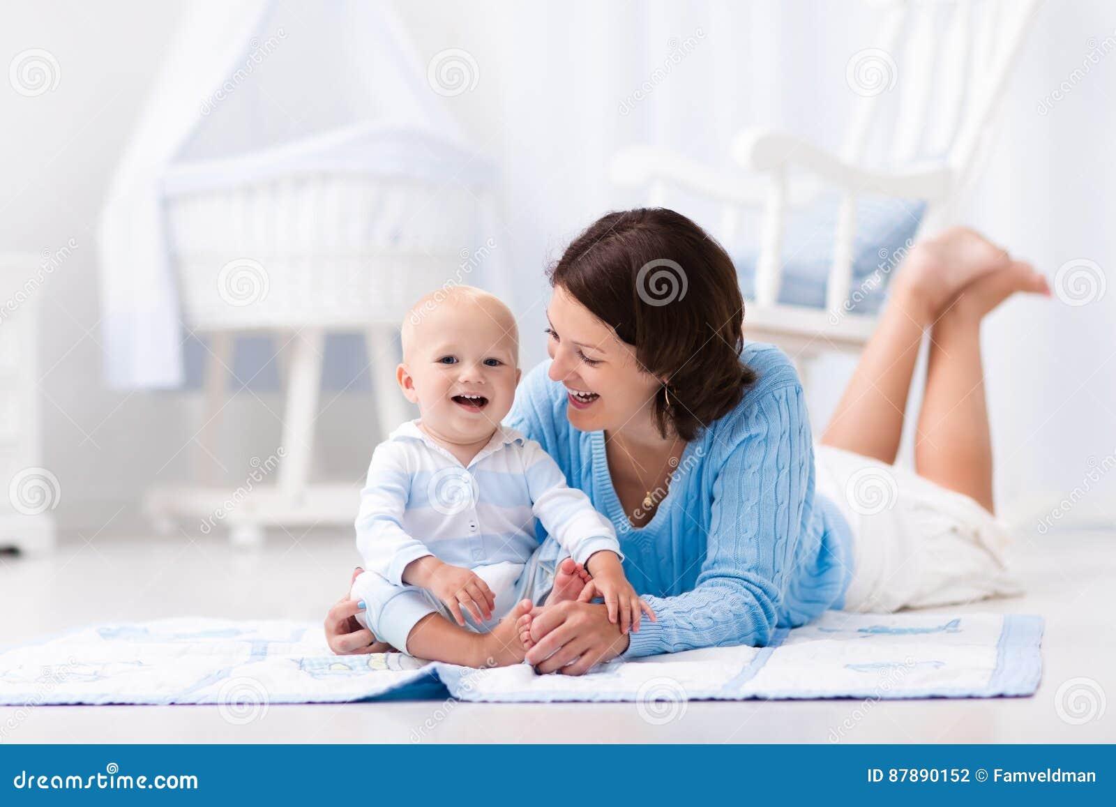 Mãe e bebê que jogam no assoalho