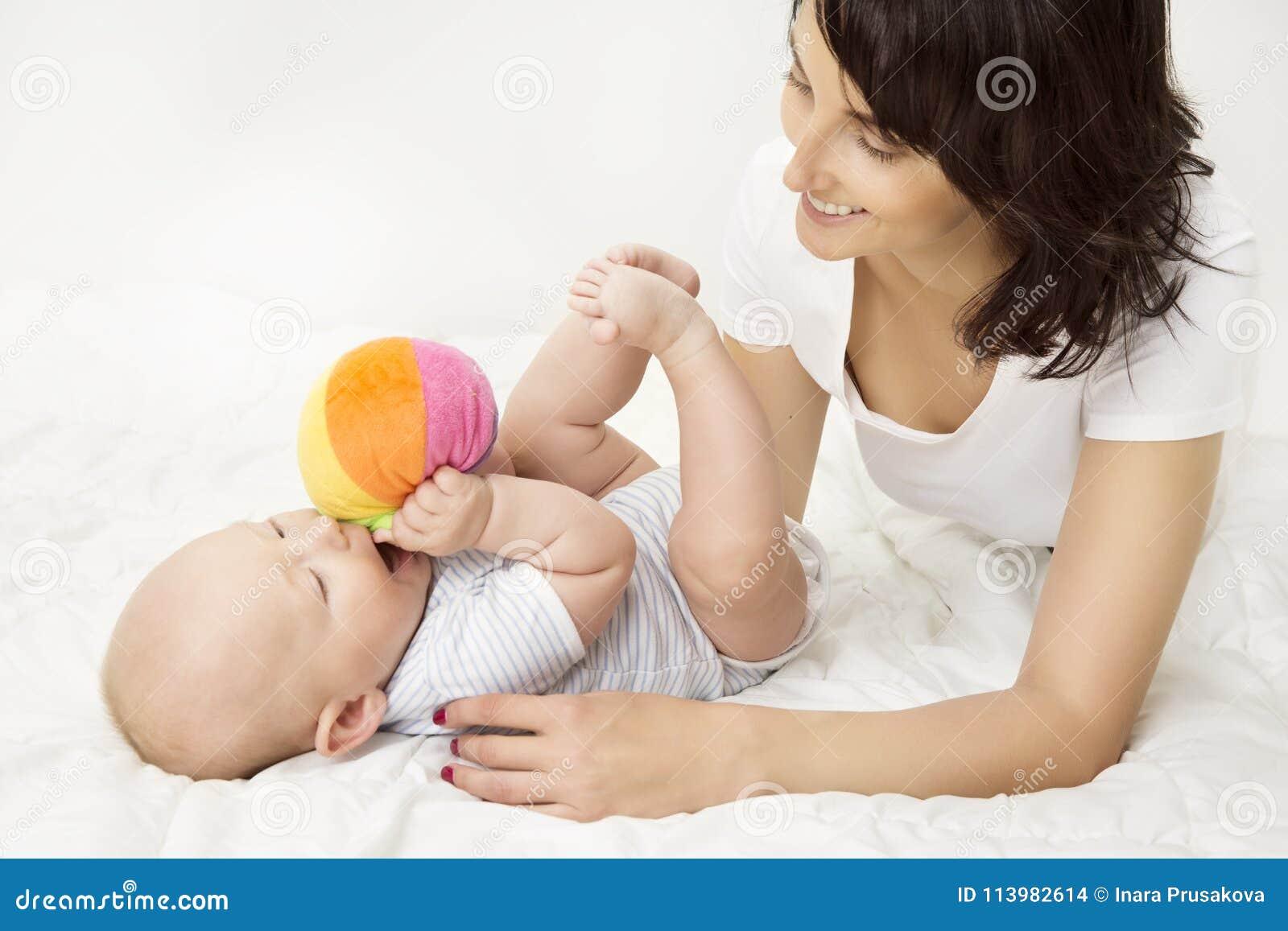Mãe e bebê que jogam Toy Ball, jogo recém-nascido da criança com mamã