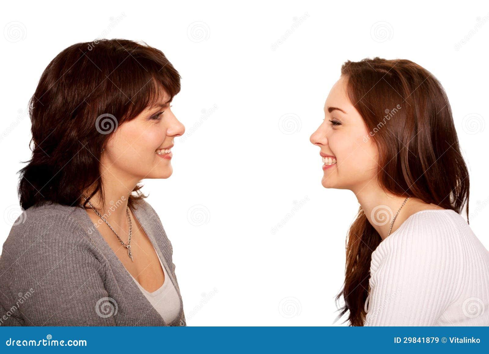 Mãe e filha adolescente que falam e que riem junto.