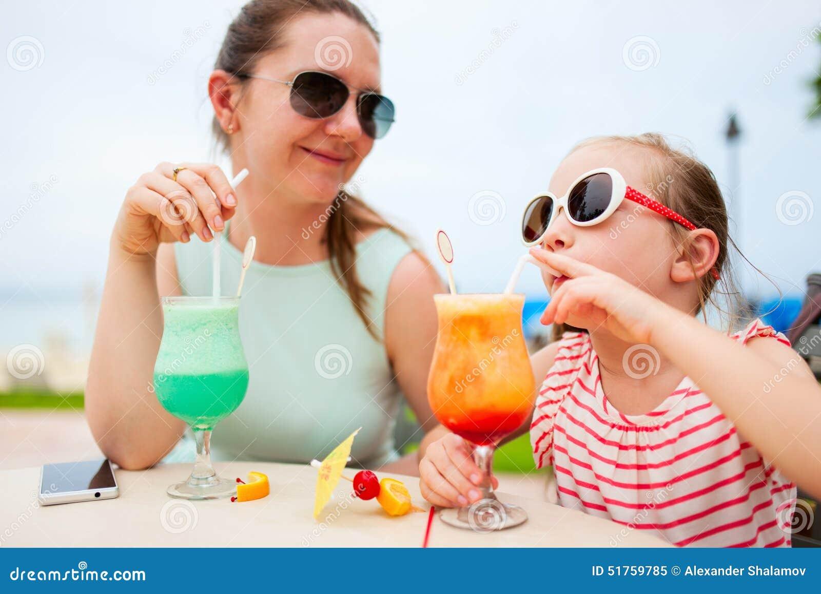 Mãe e filha no café