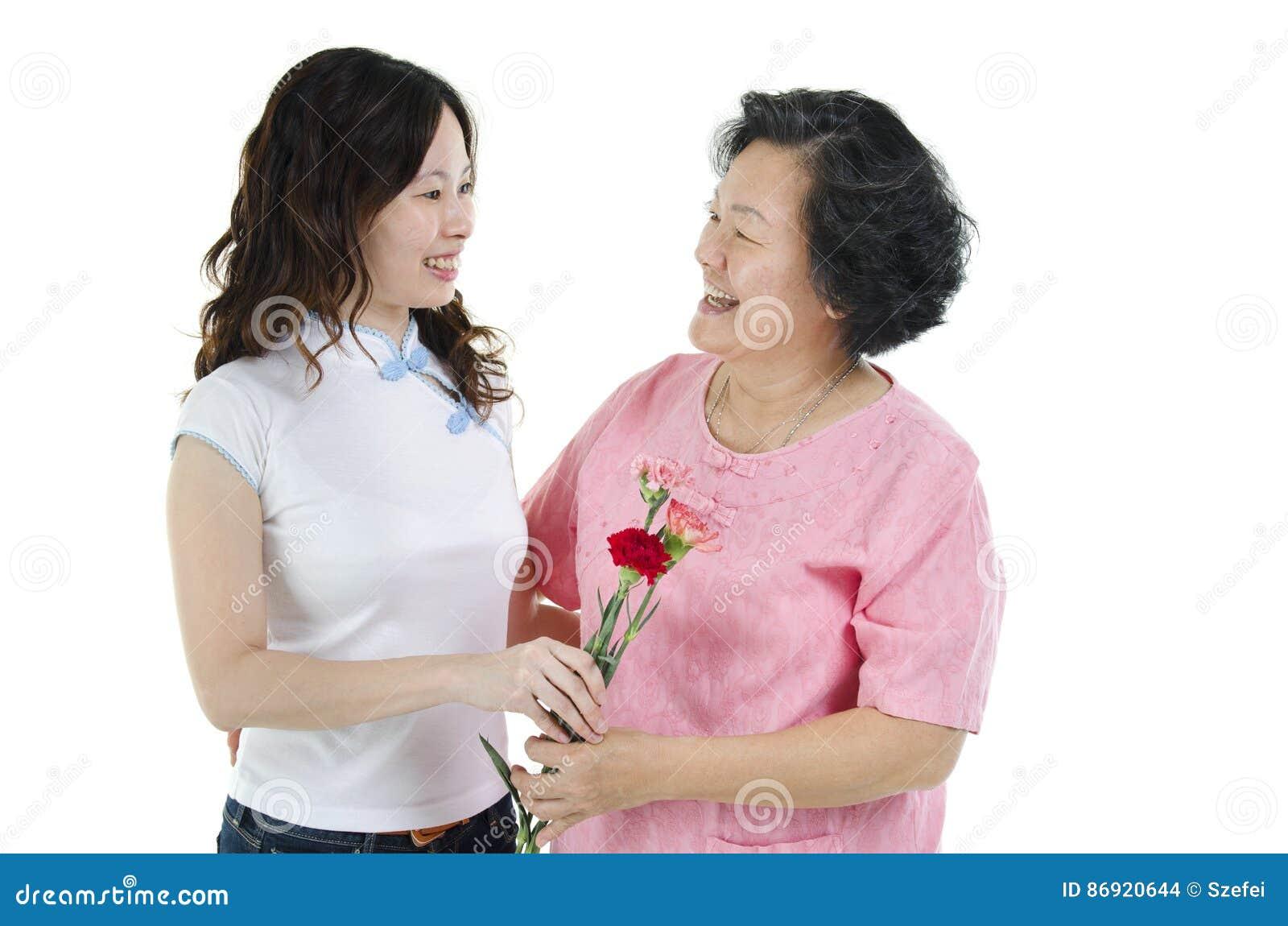 Mãe e filha que guardam a flor e o sorriso do cravo