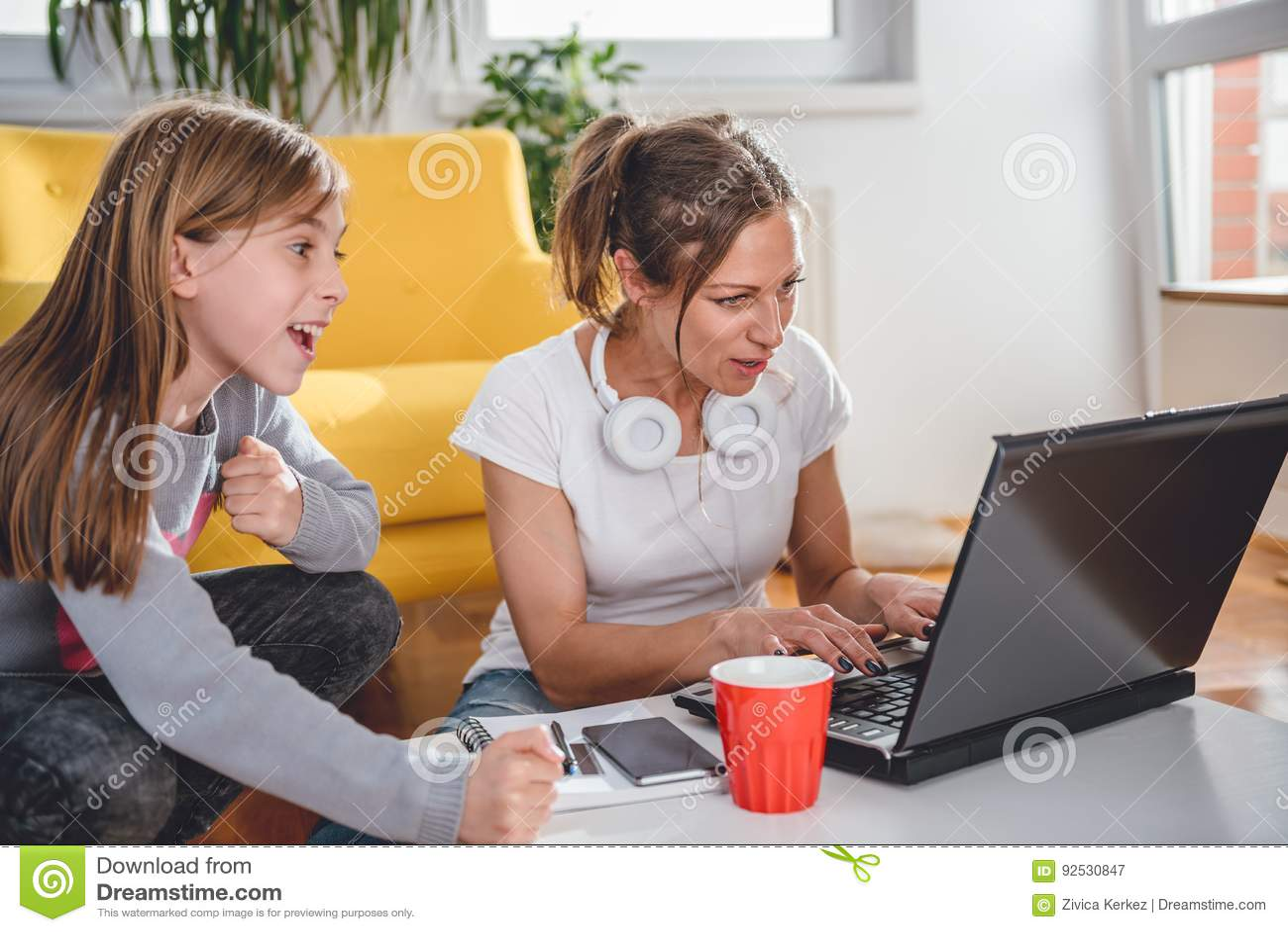 Mãe e filha que jogam jogos de vídeo