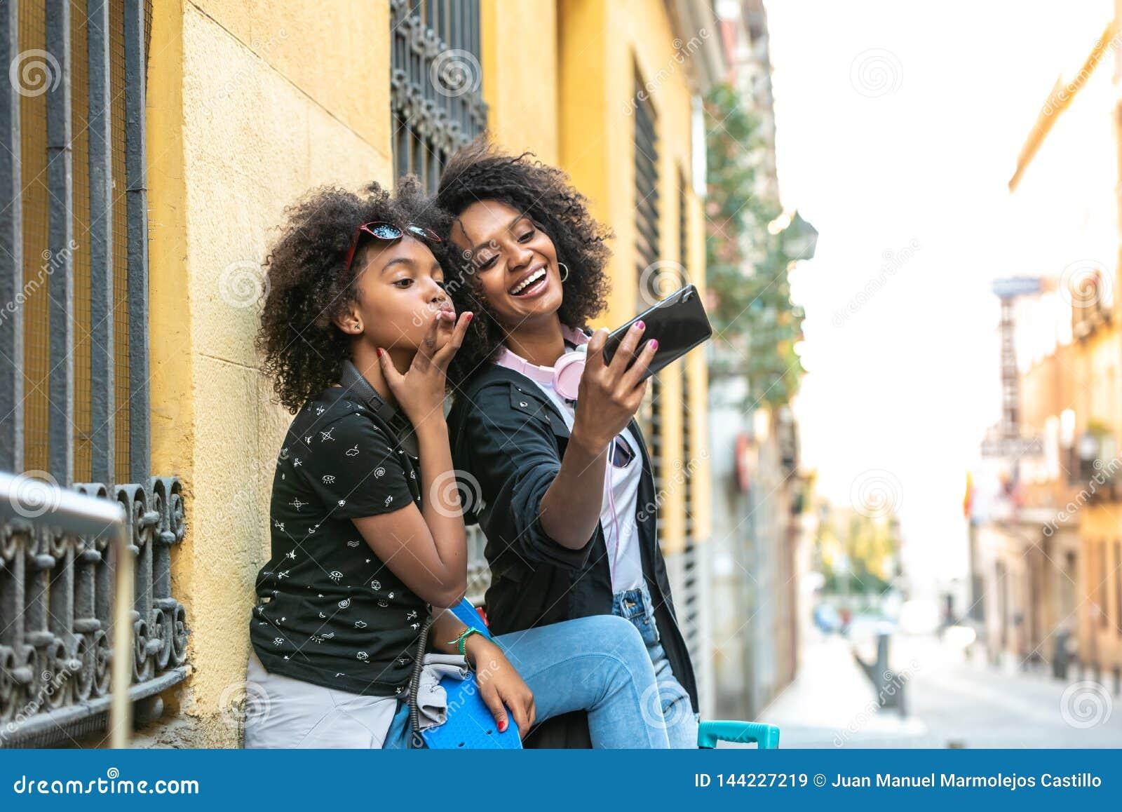 Mãe e filha que tomam um selfie junto