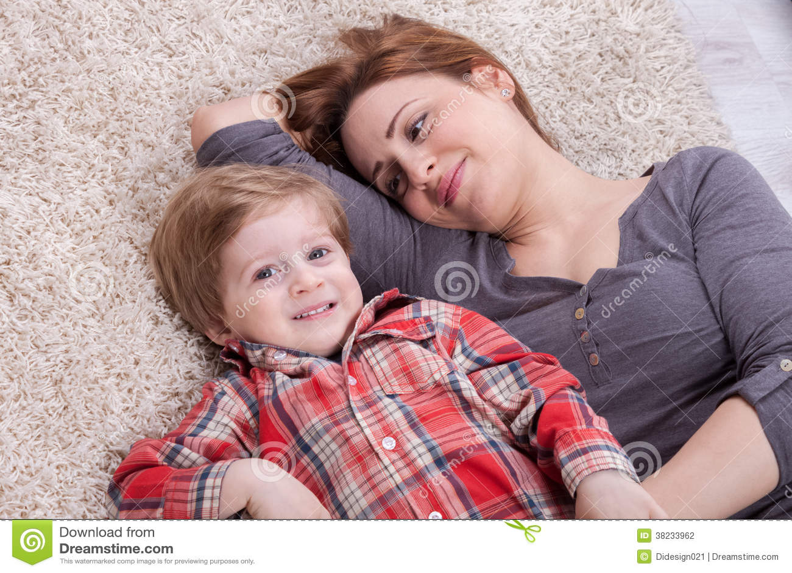 A mãe e o filho apreciam e riem