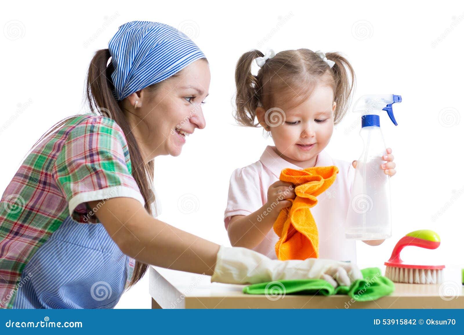 A mãe ensina o quarto desinfetado da criança da filha