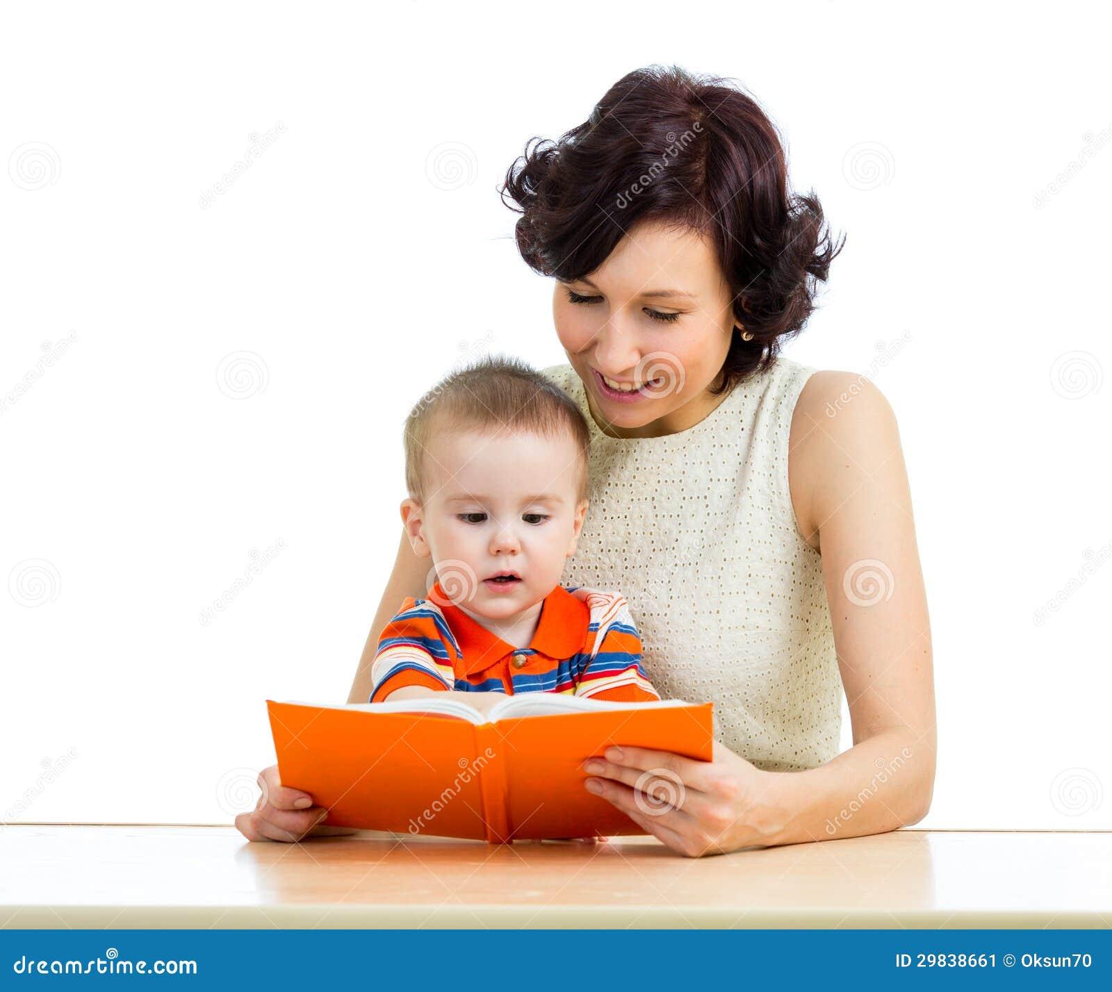 Mãe feliz que lê uma criança do livro