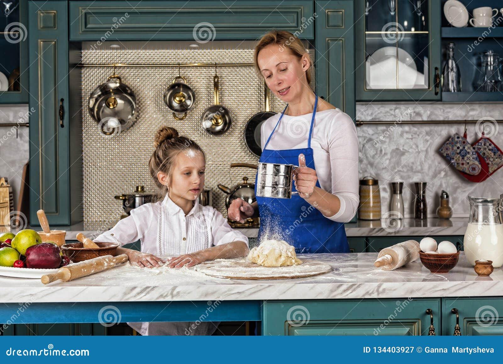 A mãe, filha, menina, prepara a padaria, cozimento de casa