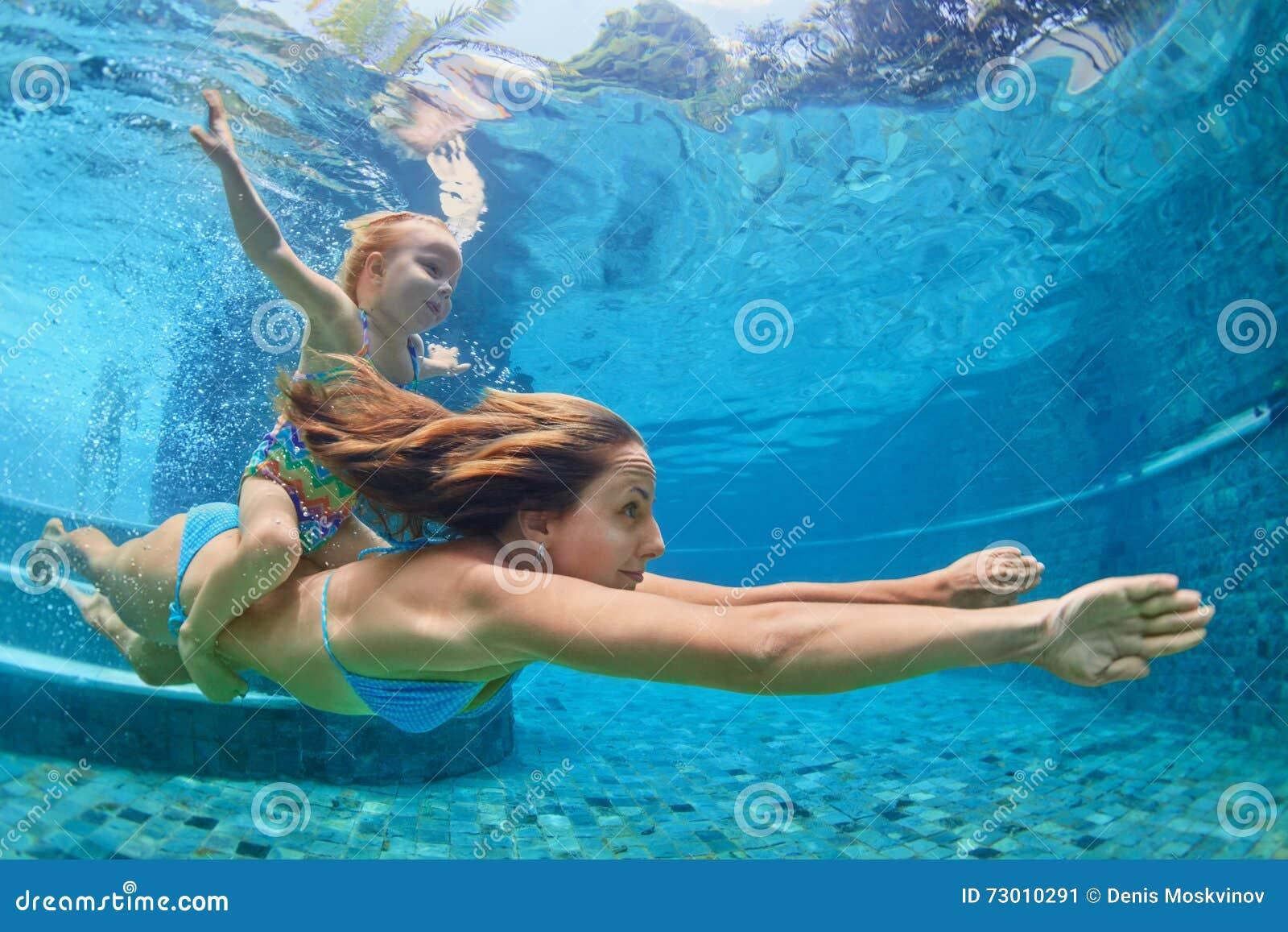 Mãe, nadada do bebê e mergulho subaquáticos na associação