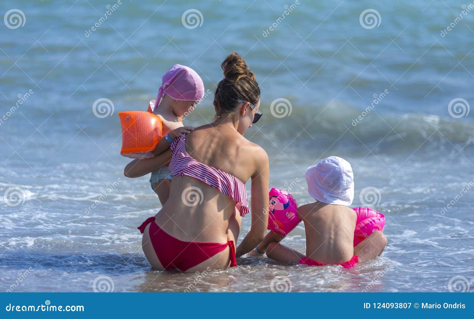 Mãe nova e sua filha dois pequena adorável