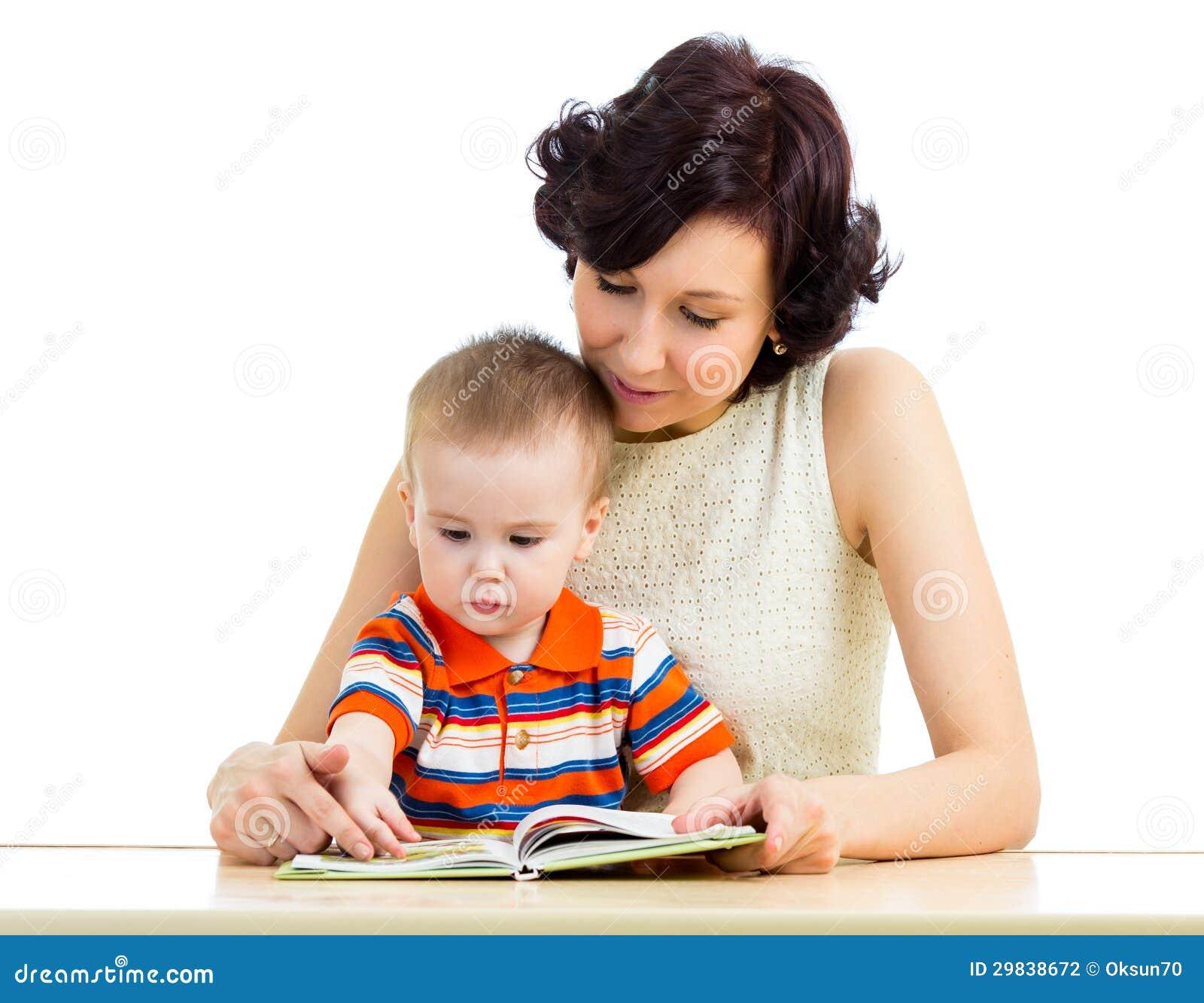 Mãe que lê um livro seu miúdo do filho