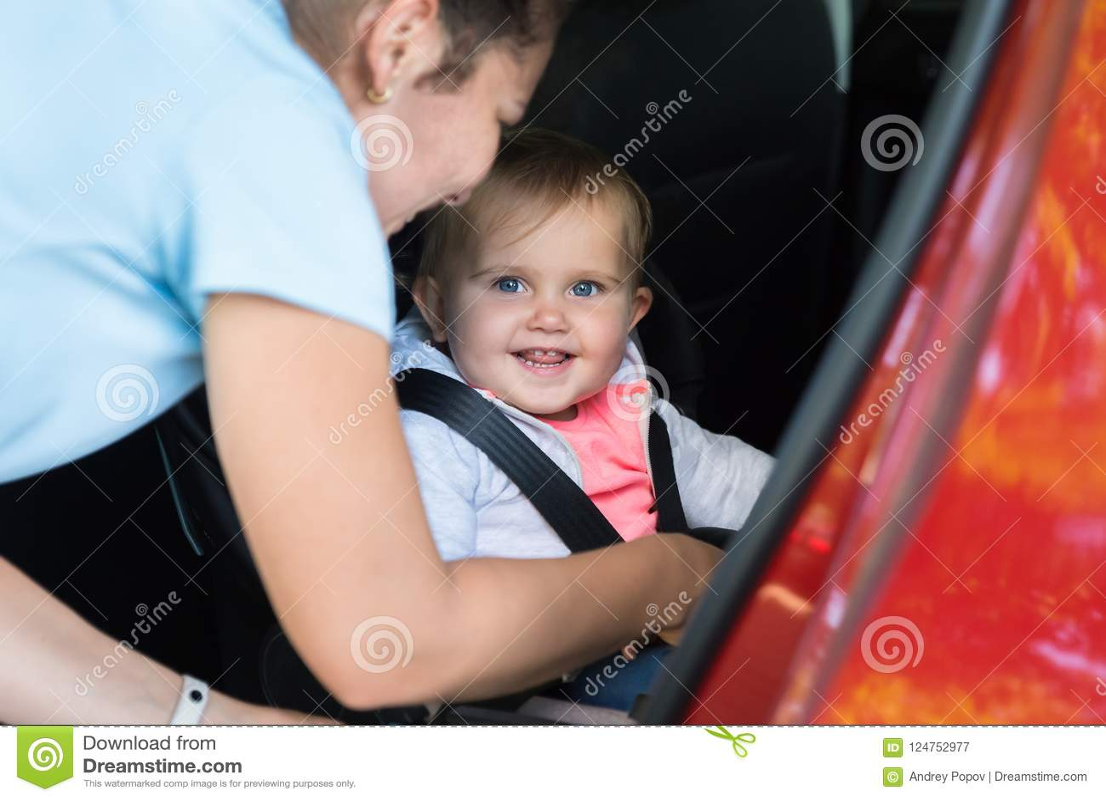 Mãe que toma de seu bebê no carro