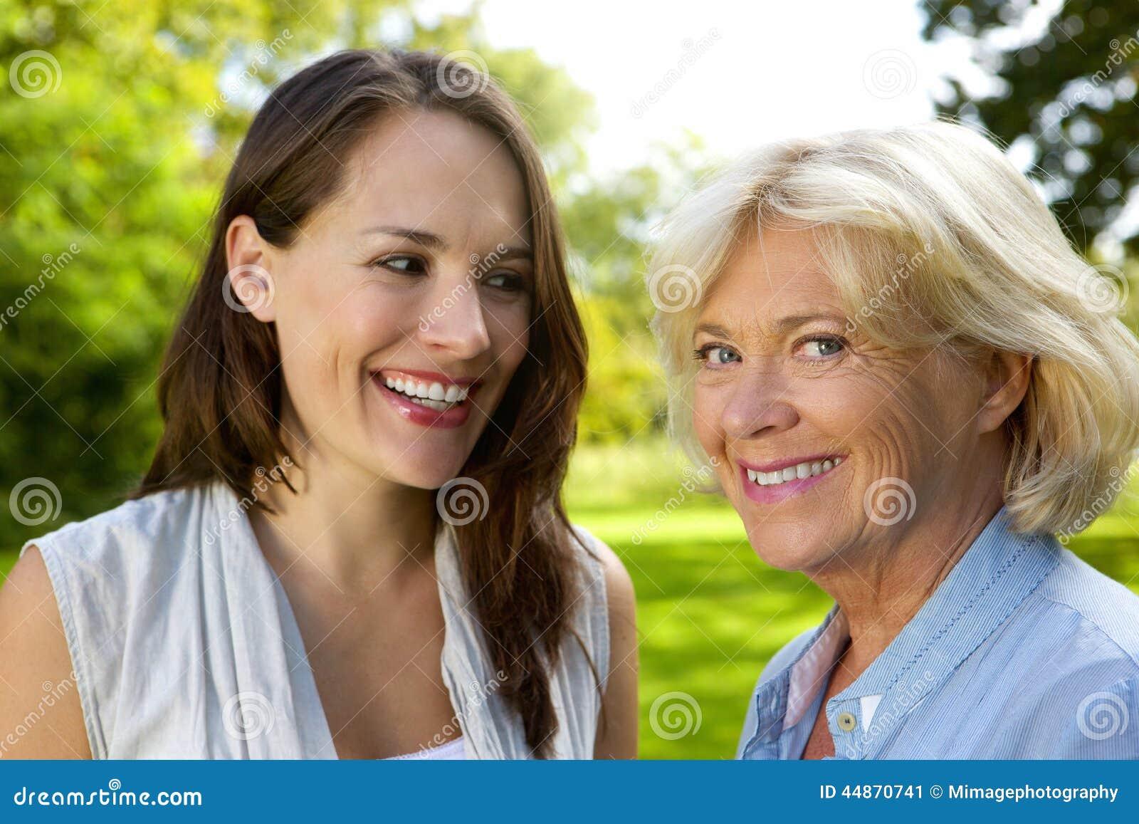 Mãe superior que sorri com filha mais idosa