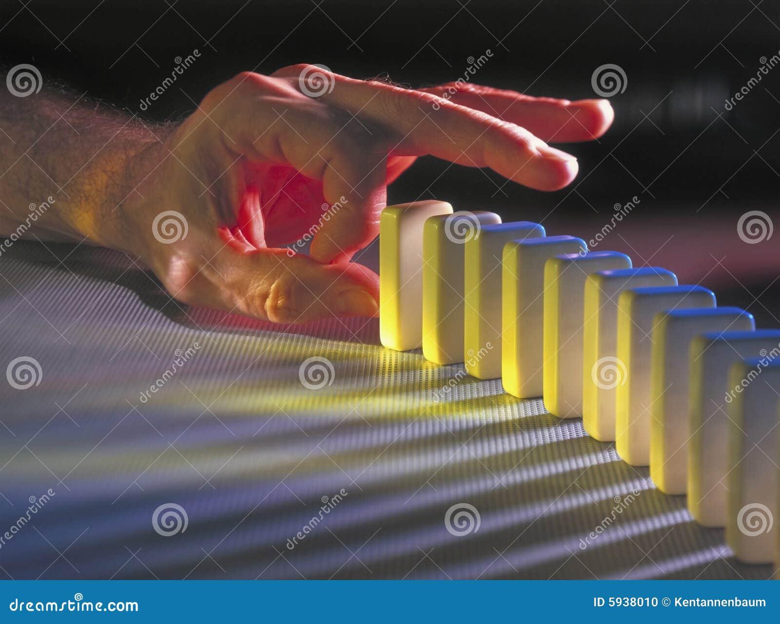 Mão aproximadamente para bater para baixo dominós