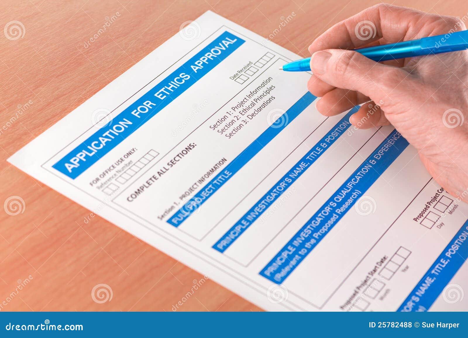 Mão com escrita da pena na aprovaçã0 Applicati das éticas