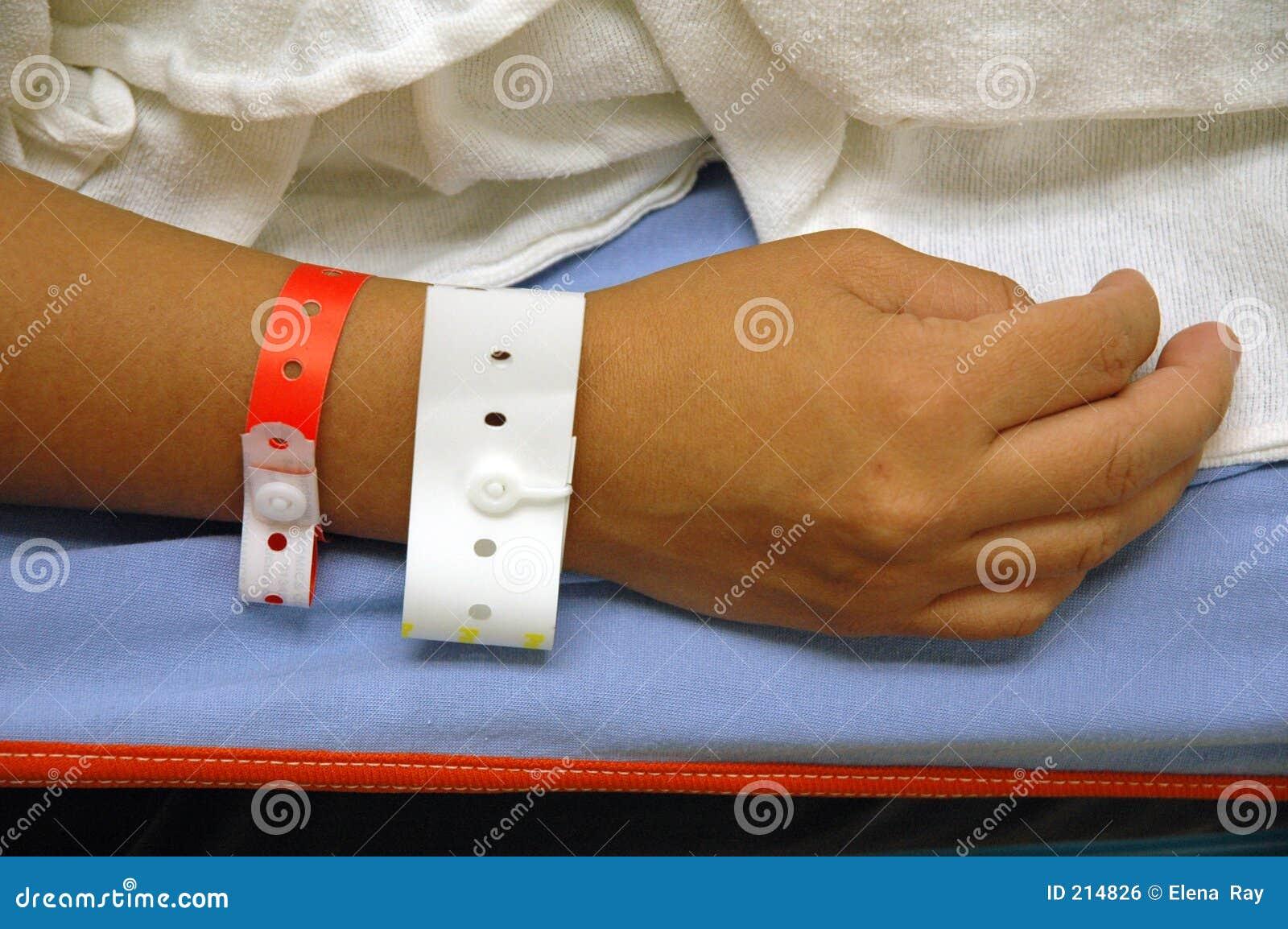 Mão com identificação do hospital