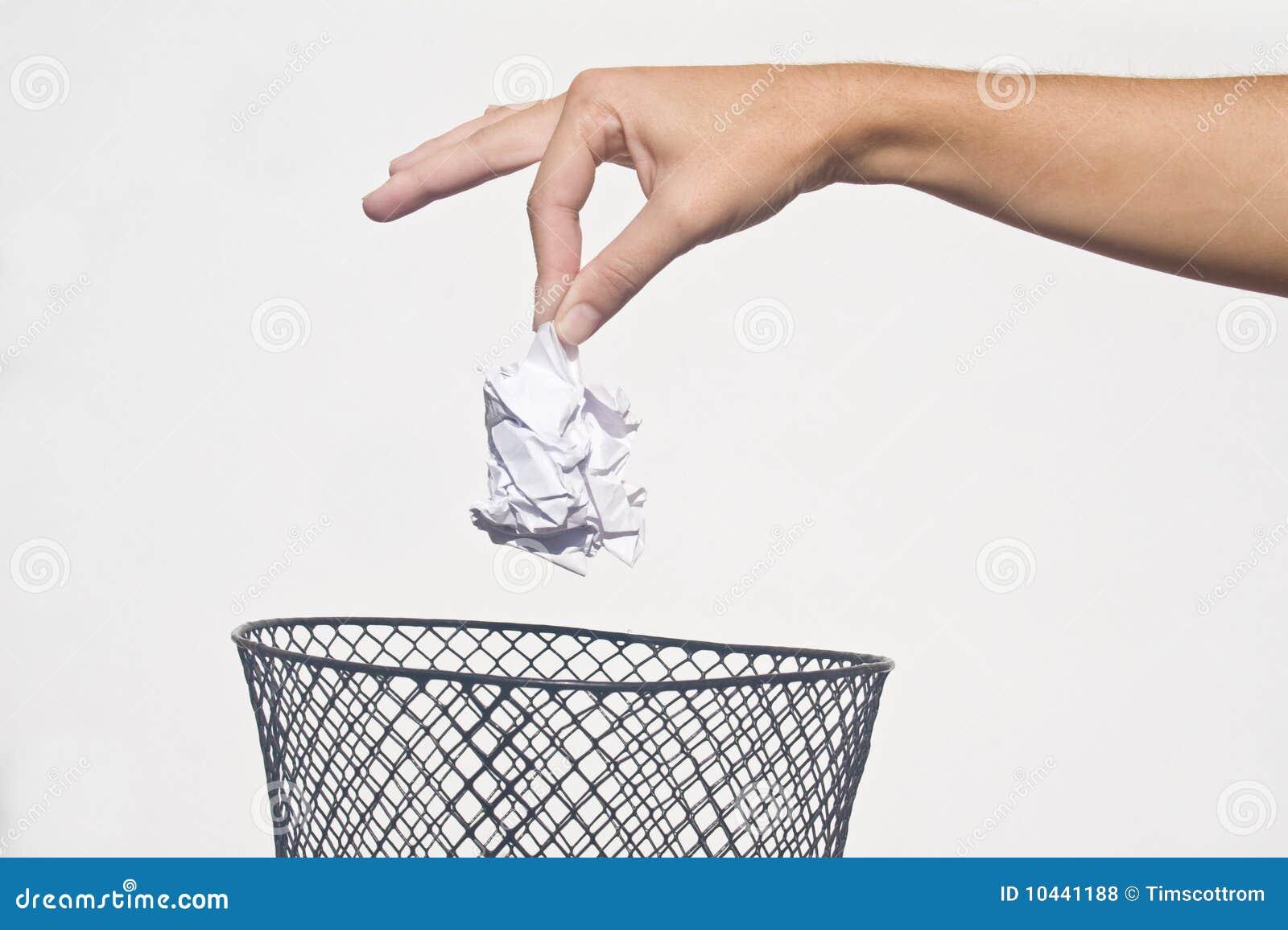 Mão com lixo