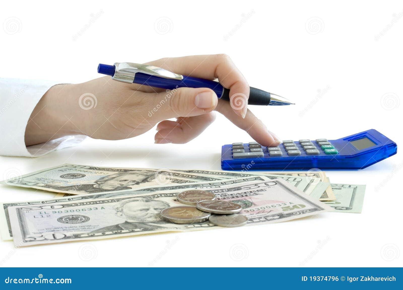 Mão com a pena que conta na calculadora e no dolla
