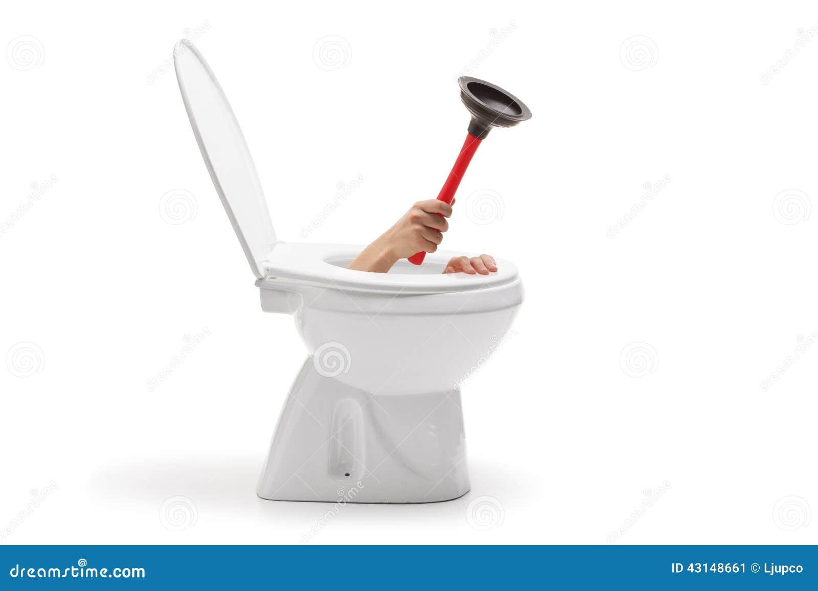 Mão com um copo de borracha da sução que sai da bacia de toalete