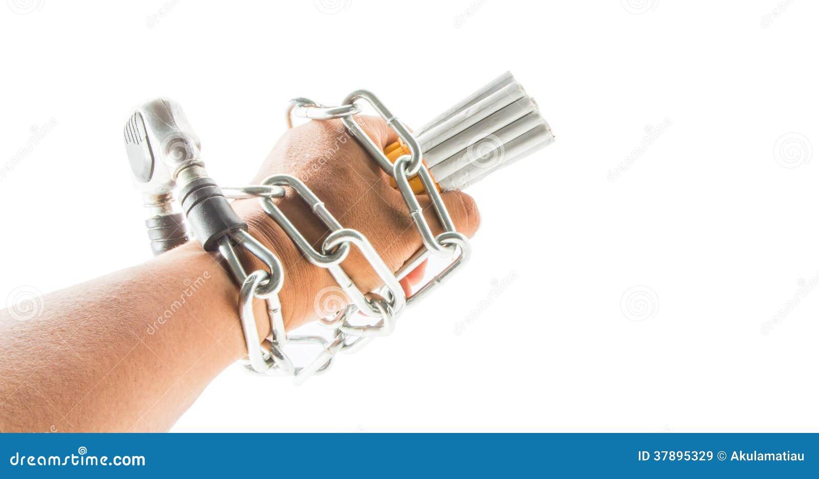 Mão, correntes e cigarro masculinos