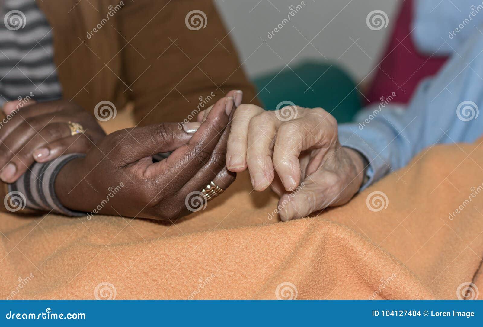 Mão da enfermeira que guarda uma mulher superior Conceito das mãos amiga, cuidado para as pessoas idosas