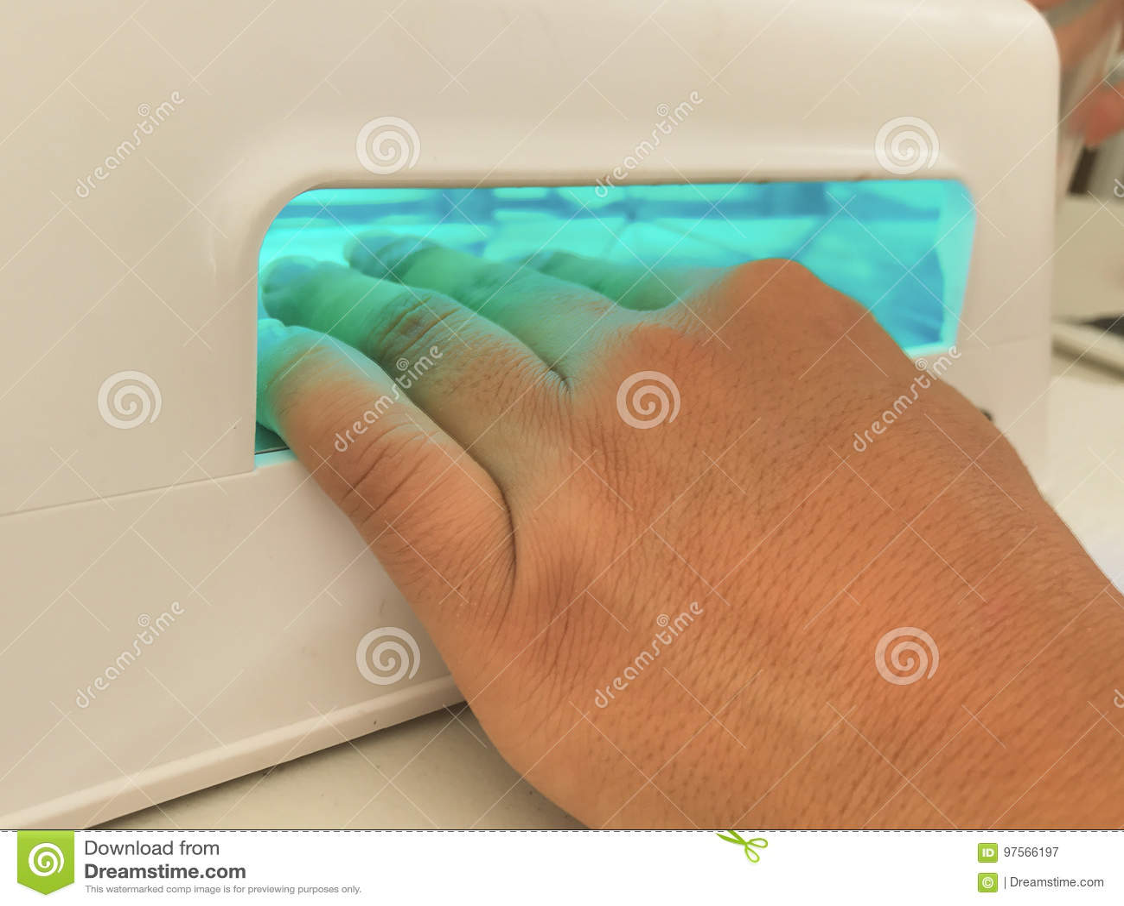 A mão da luz ultravioleta prega a pintura