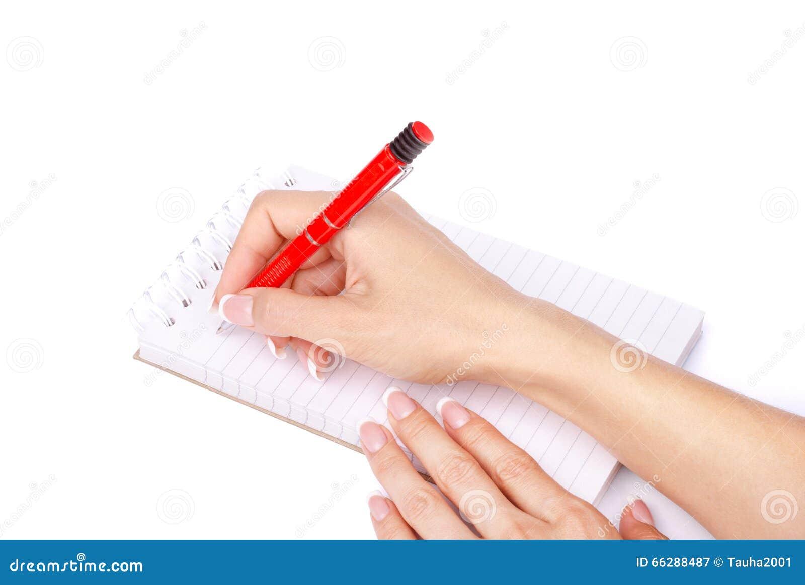 A mão da mulher com uma pena escreve em um caderno isolado