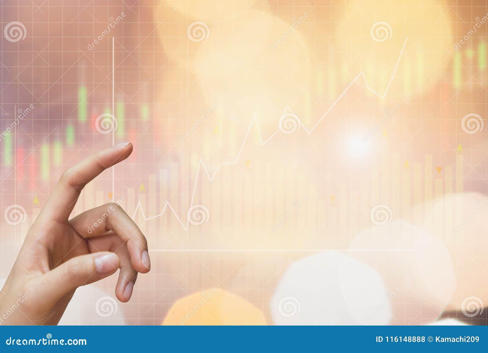 A mão da mulher está apontando e gráfico da mostra com o gráfico de troca da bolsa de valores