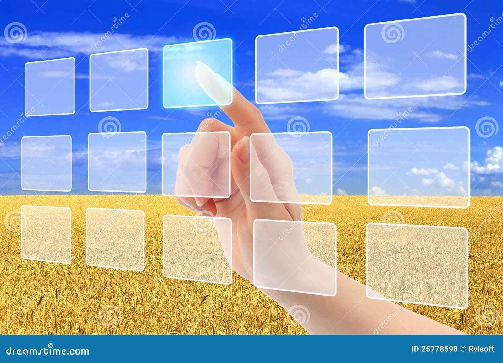 A mão da mulher usa a relação da tela de toque