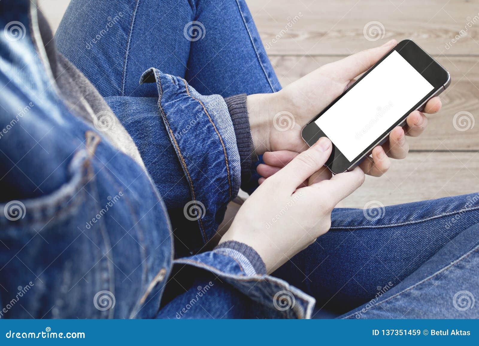 Mão da mulher usando o smartphone
