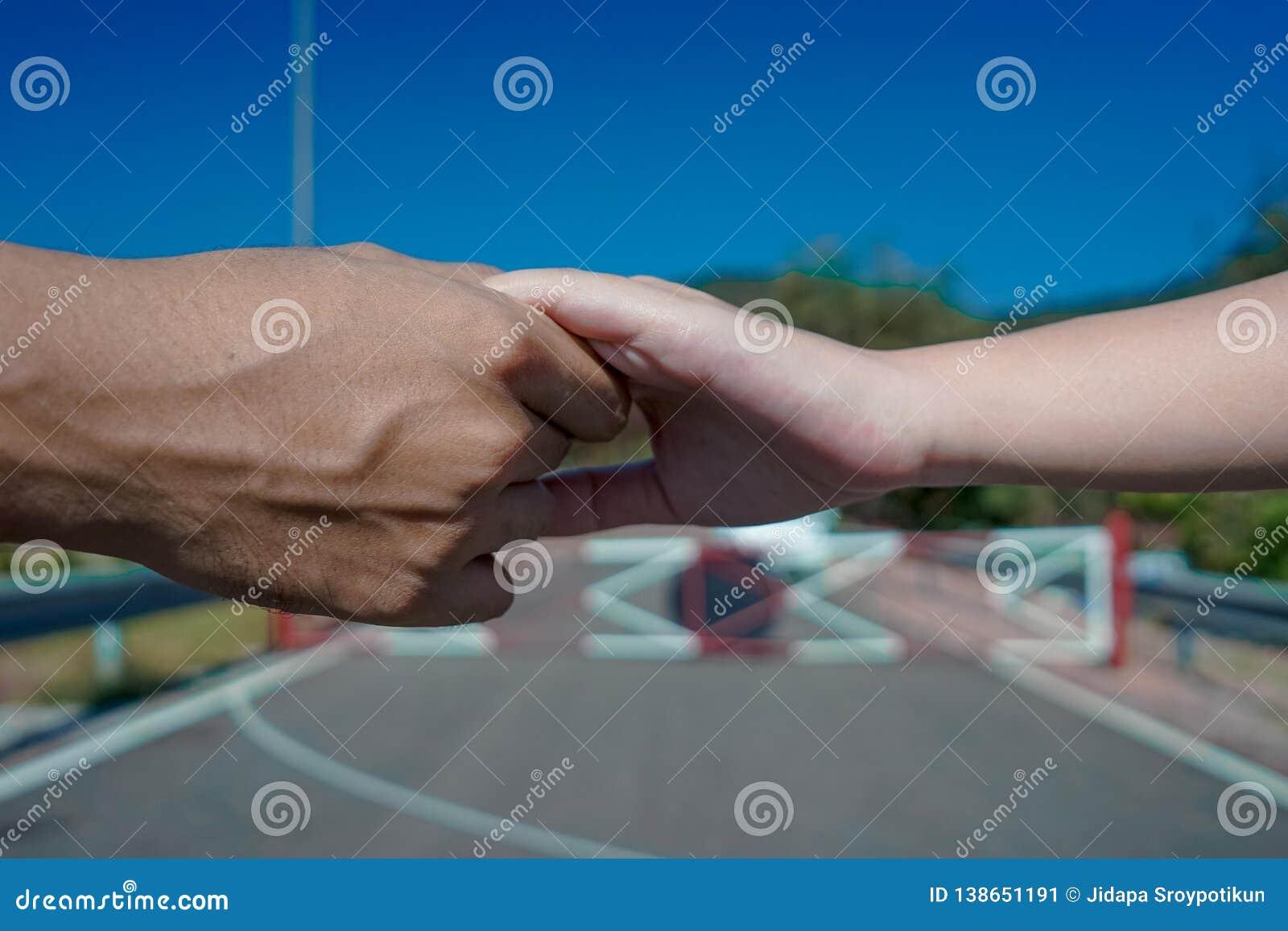 Mão da terra arrendada do homem & da mulher