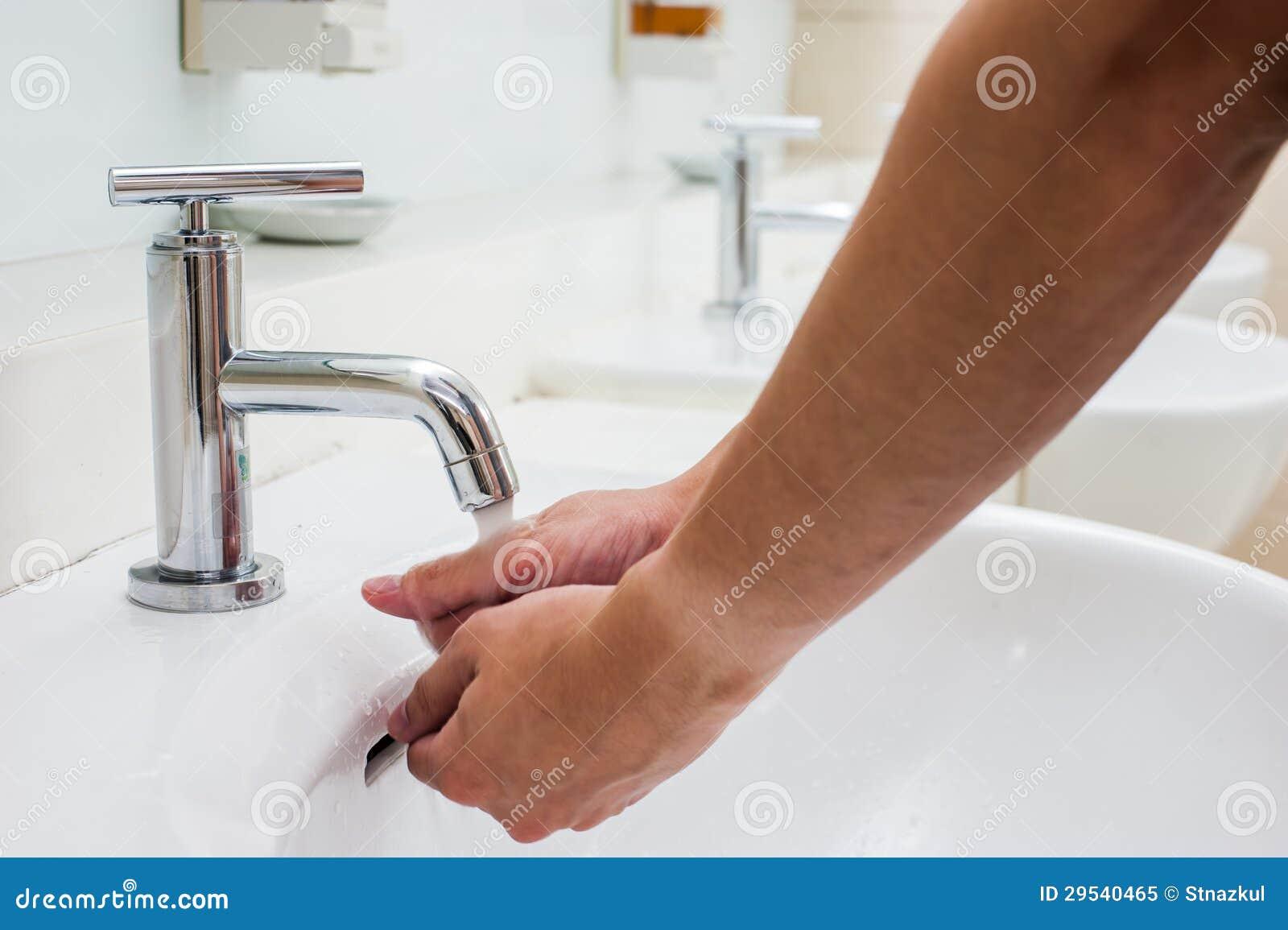 Mão de lavagem no torneira no local de repouso