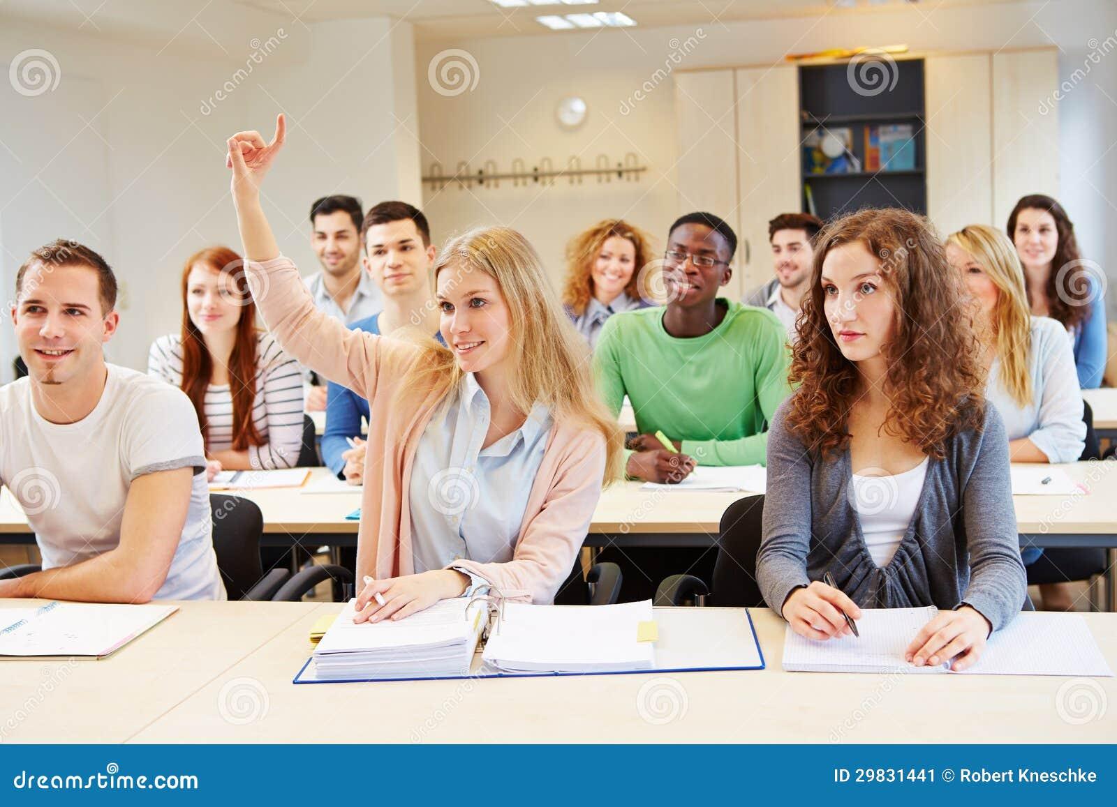 Mão de levantamento do estudante fêmea
