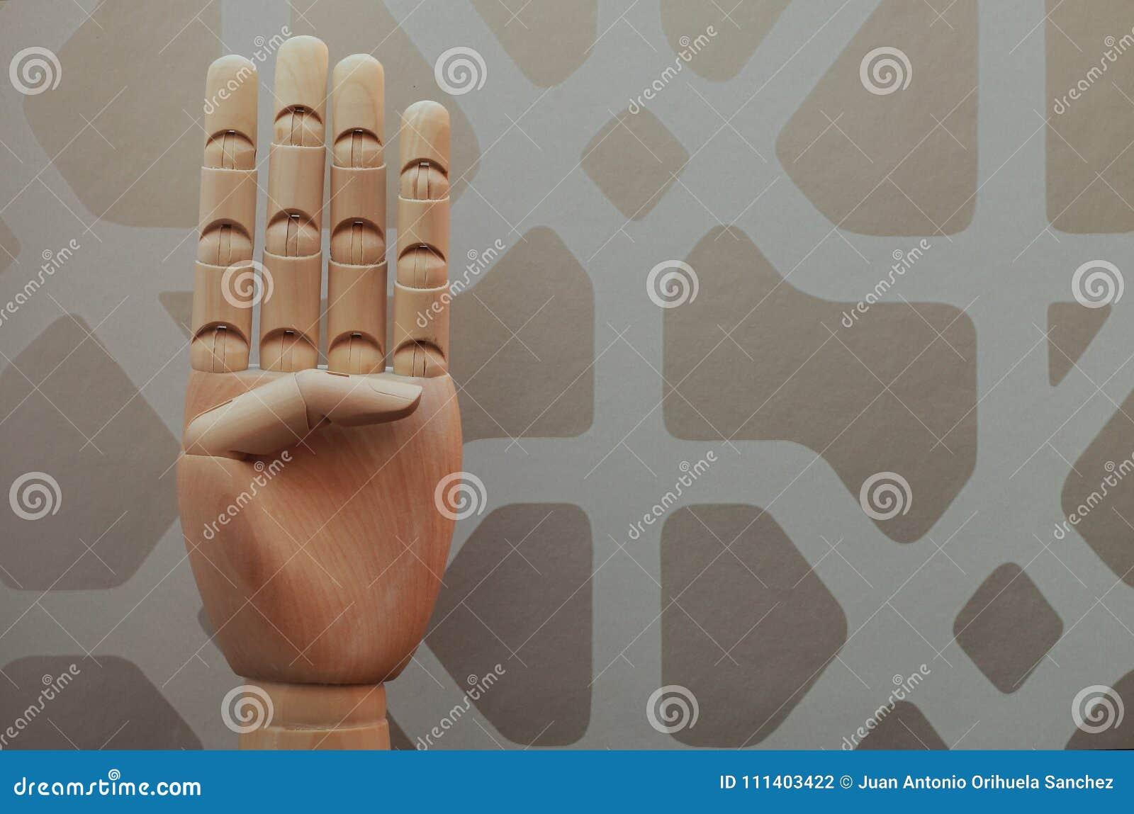 A mão de madeira articulada com quatro dedos aumentou em alusão ao número quatro