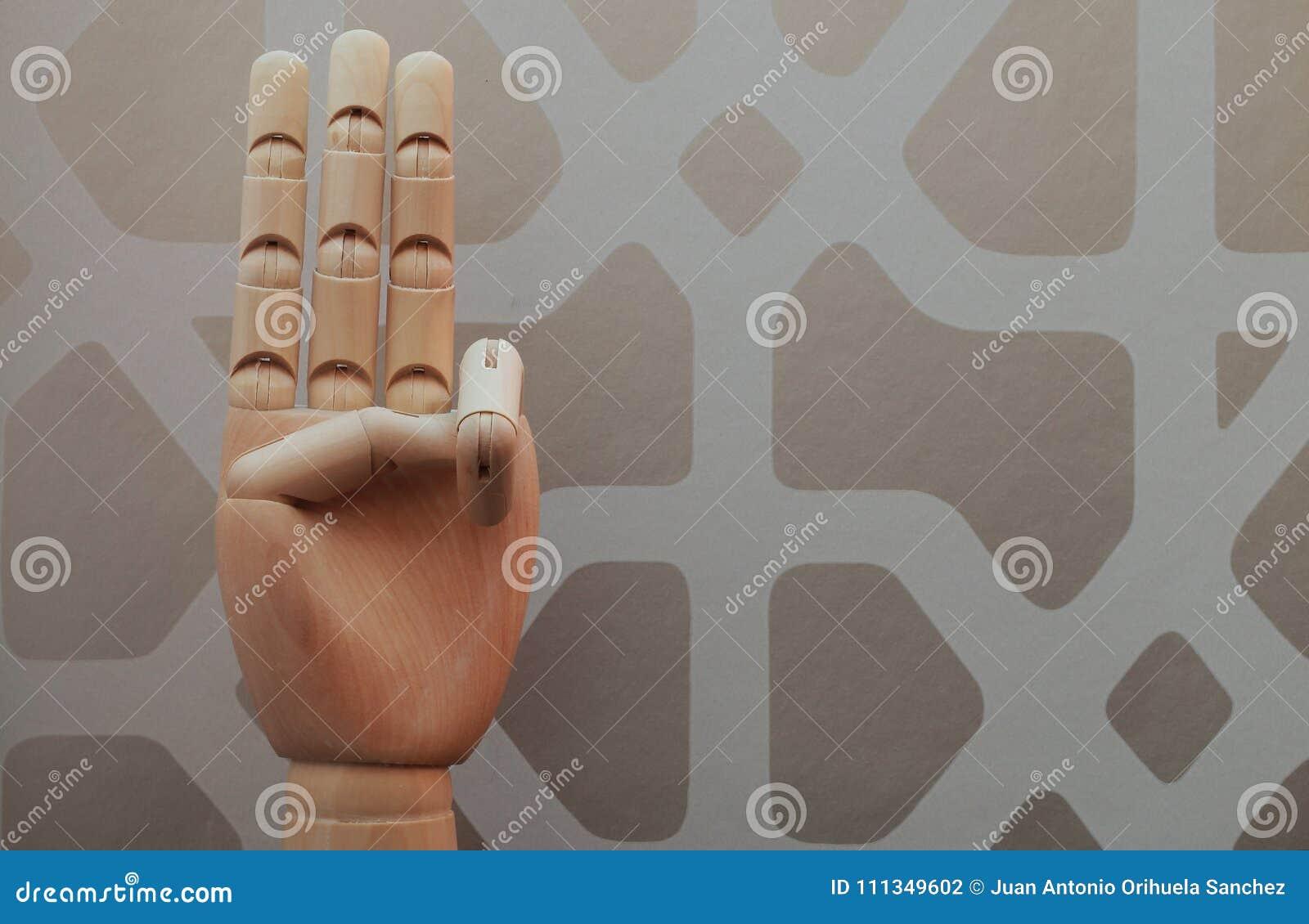 A mão de madeira articulada com três dedos aumentou em alusão ao número três