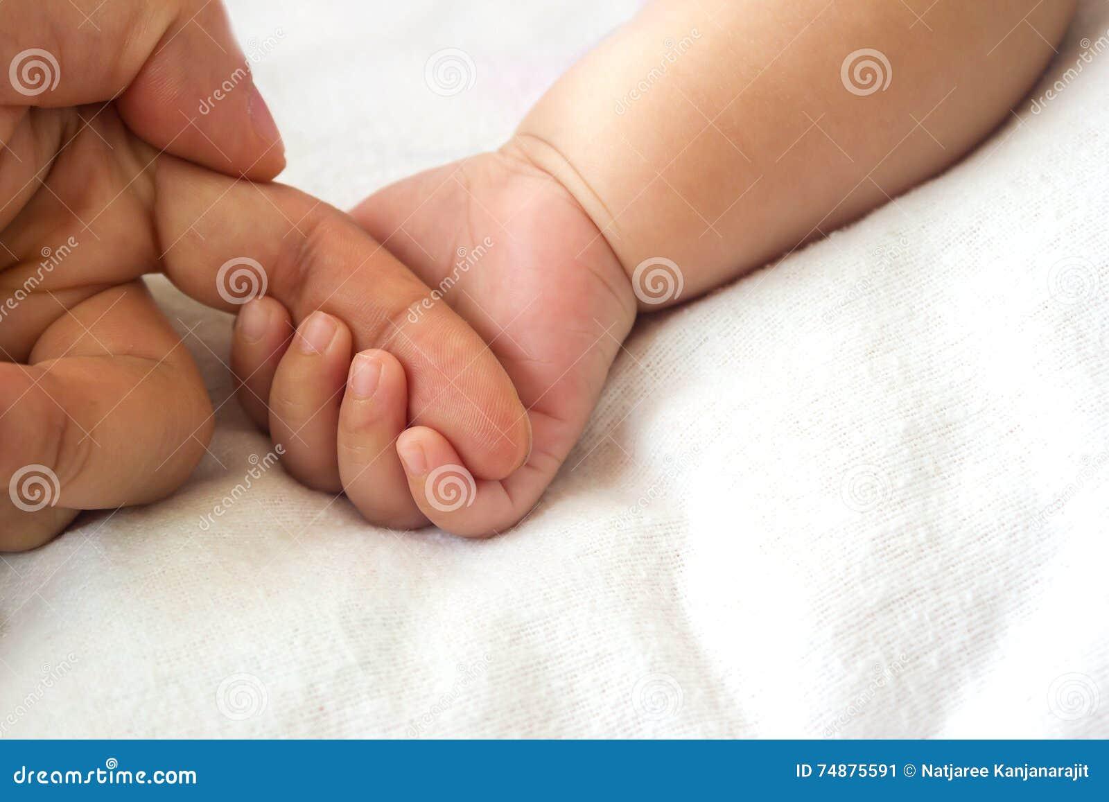 Mão do bebê que guardara o dedo da matriz