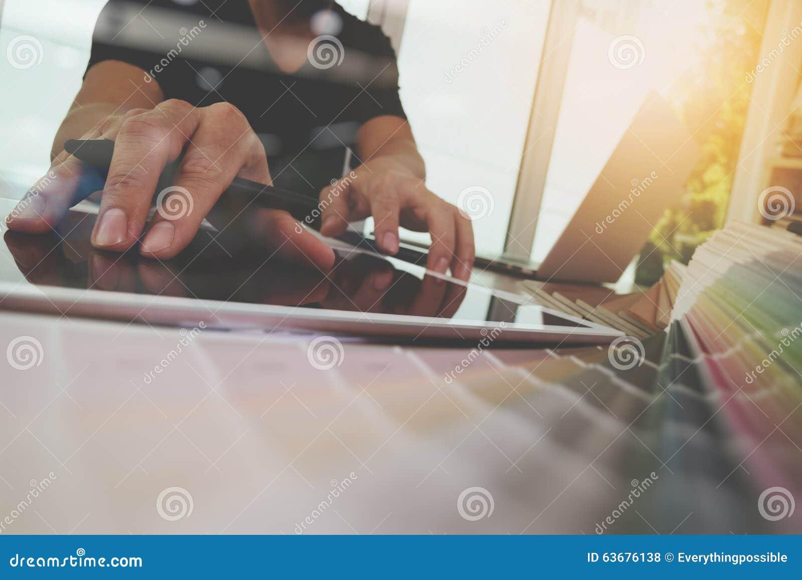 Mão do desenhista que trabalha com laptop